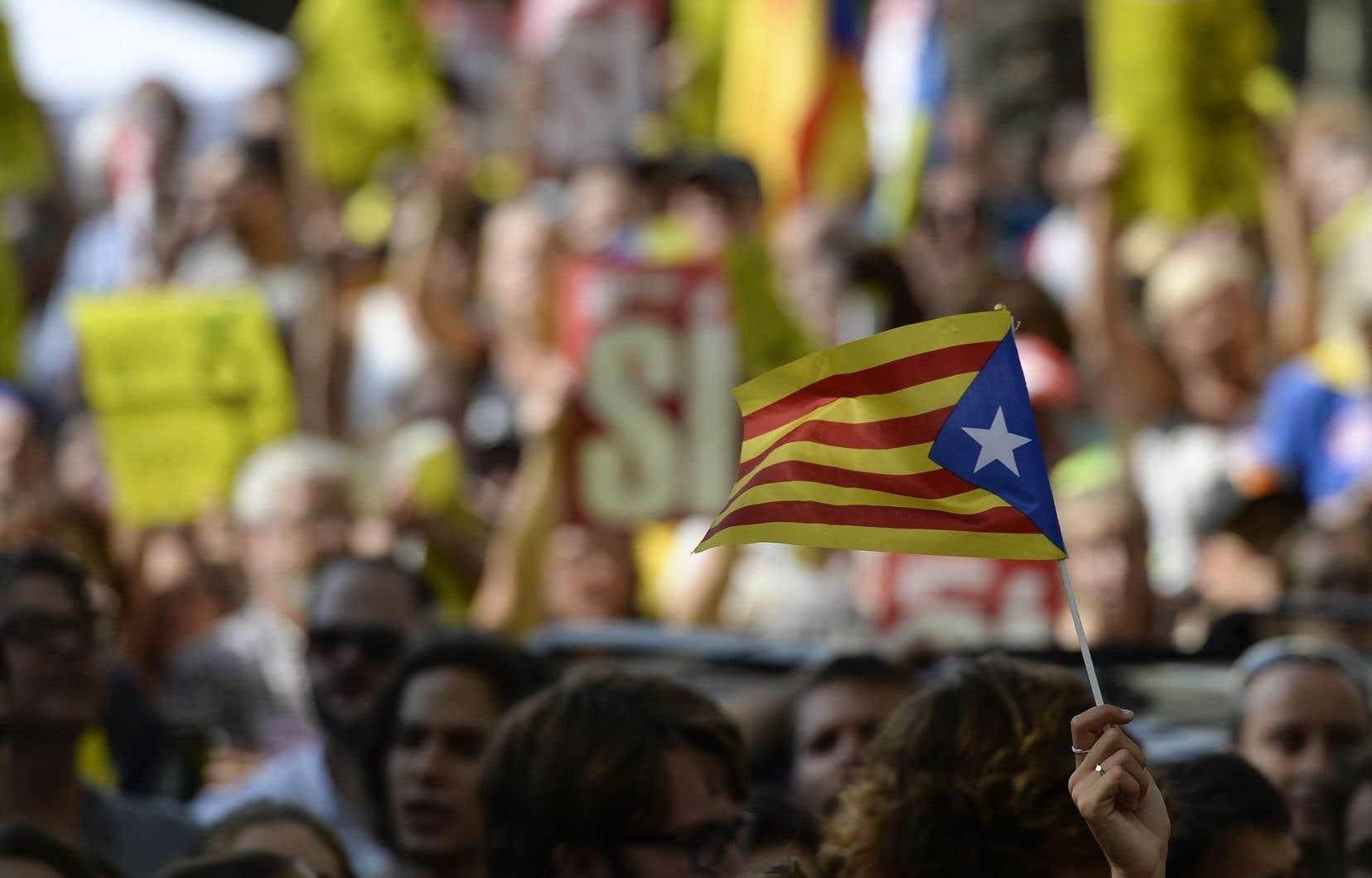 À quelques jours du référendum sur l'indépendance de la Catalogne, une vingtaine d'opérations policières ont débouché sur l'arrestation de 14 cadres du gouvernement régional catalan et la saisie de millions de bulletins de vote.