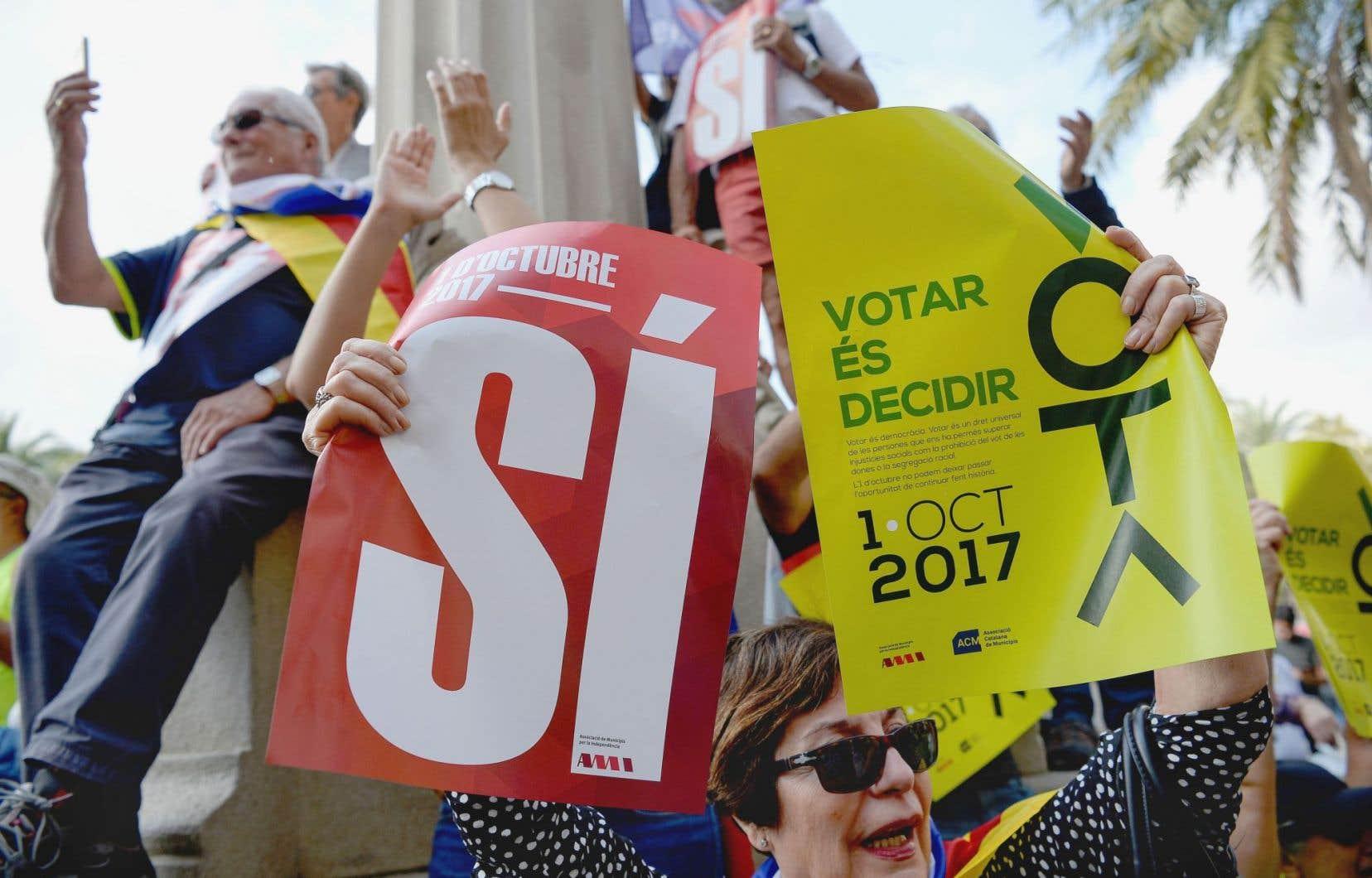 À Barcelone, une manifestante brandit une pancarte affirmant que «voter, c'est décider».