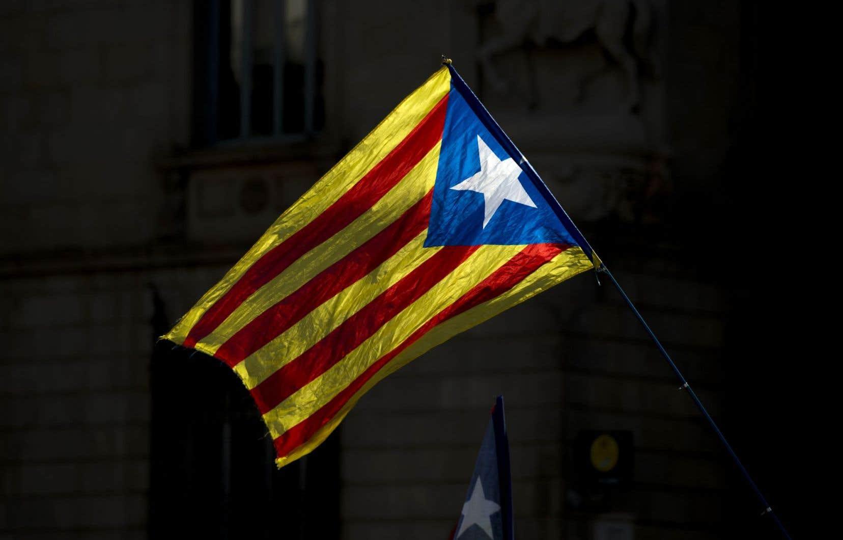 Les participants dénoncent le gouvernement espagnol qui, selon eux, utilise la répression pour empêcher la tenue du référendum sur l'autodétermination de la Catalogne.
