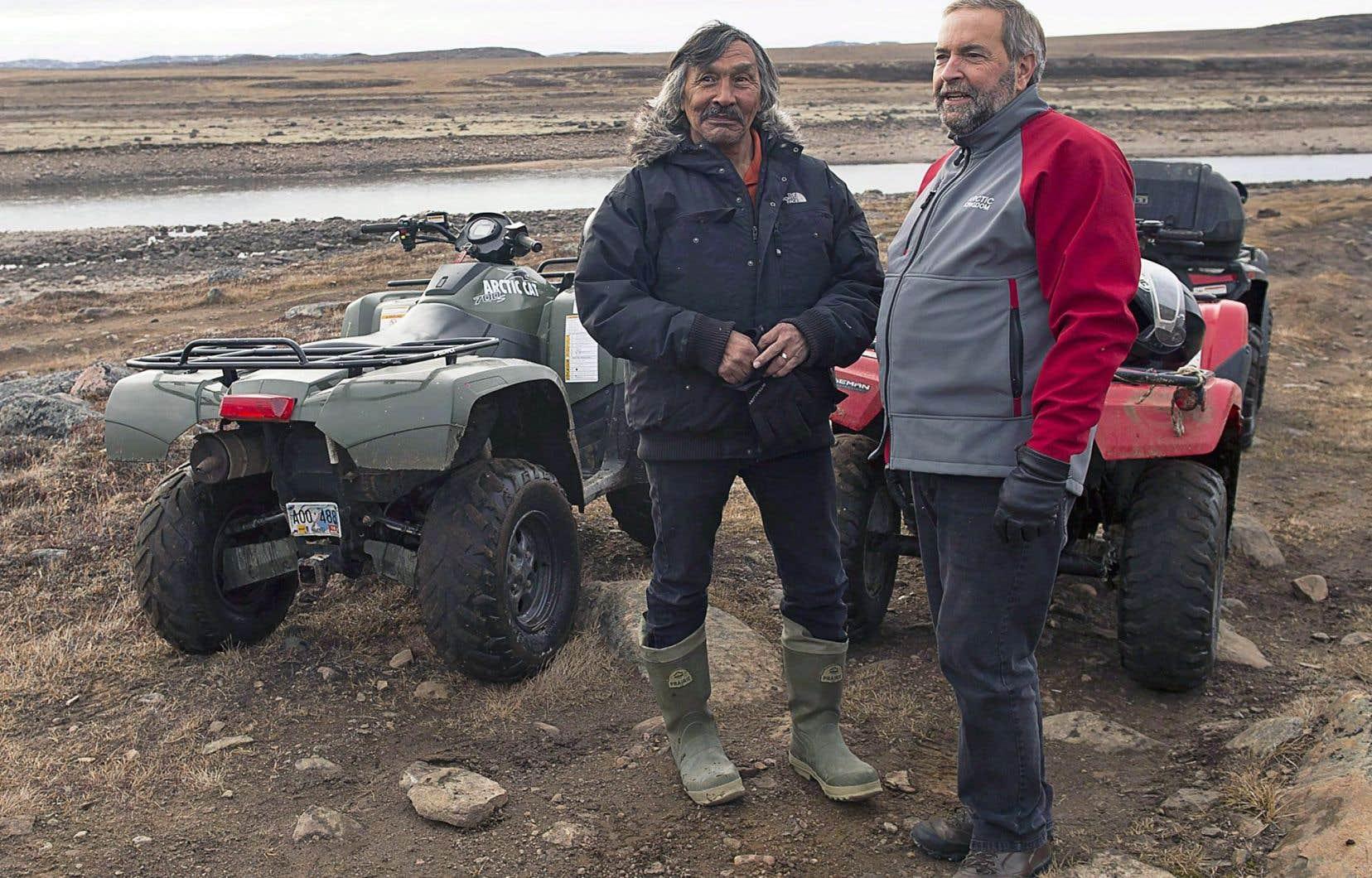 L'ex-député libéral Jack Anawak (à gauche) avait huit ans, en 1956, lorsque des médecins ont emmené sa mère au sud pour lui faire subir des traitements contre la tuberculose. Ci-dessus, l'homme est en compagnie du chef sortant du NPD, Thomas Mulcair, en 2015, au Nunavut.