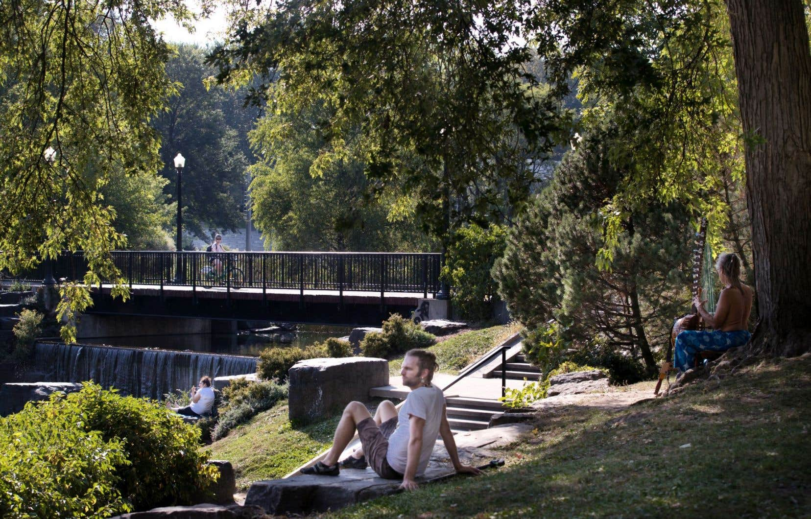 Peu habitués à ce que le mercure atteigne les 30 degrés Celsius (sans parler de l'indice humidex) aussi tardivement dans la saison estivale, les Montréalais cherchent l'ombre, comme ici au parc La Fontaine. Dans plusieurs écoles, élèves et professeurs tentent de s'acquitter de leur tâche dans des locaux mal ventilés.