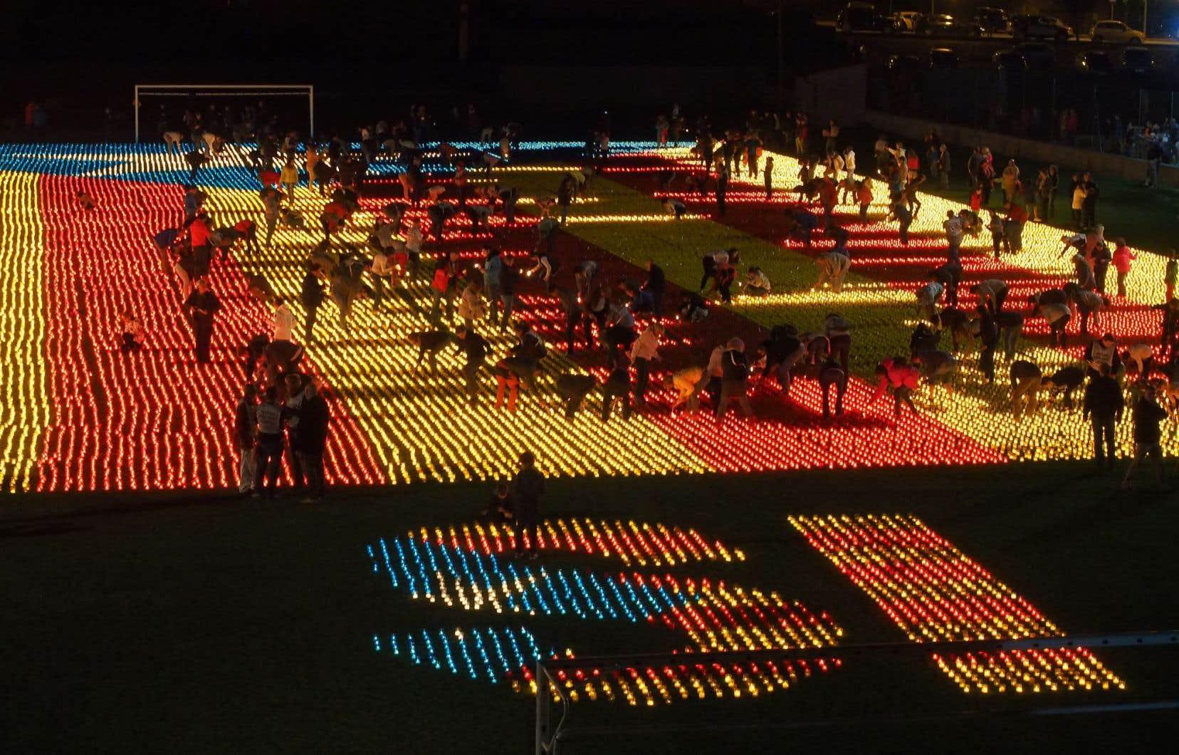 Le drapeau des indépendantistes de la Catalogne réalisé avec 82 000 bougies, à Llivia