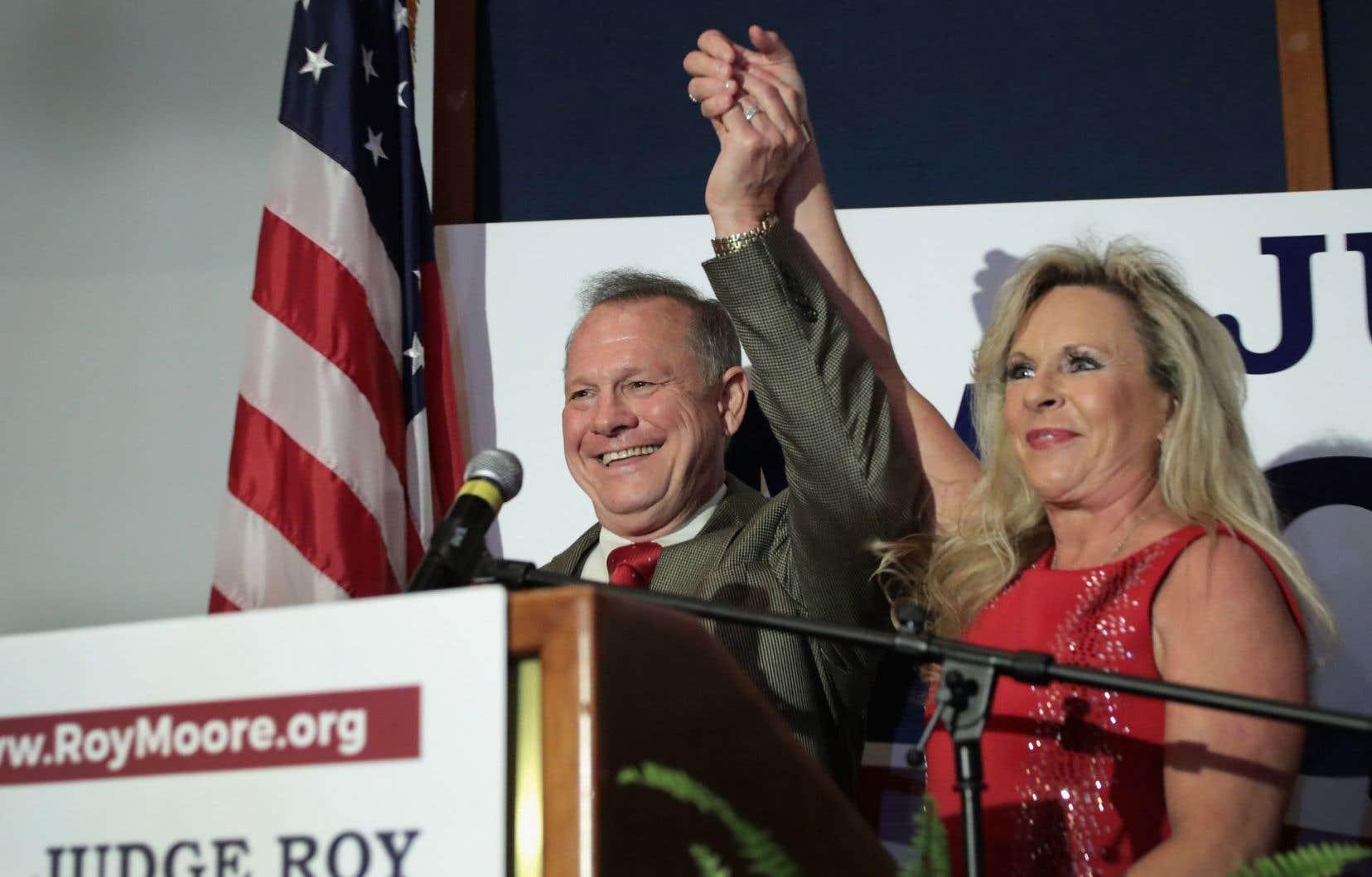 Roy Moore, 70 ans, est célèbre pour avoir été suspendu pas une, mais deux fois de son poste de chef du pouvoir judiciaire de l'Alabama.