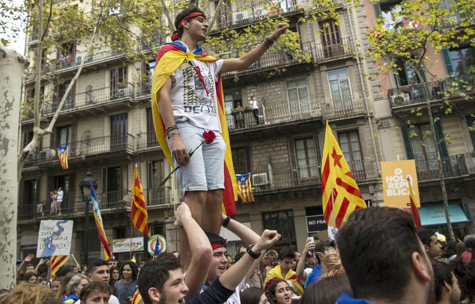 Les jeunes se sont donné rendez-vous devant l'Université de Barcelone, un bâtiment historique du centre de la ville.