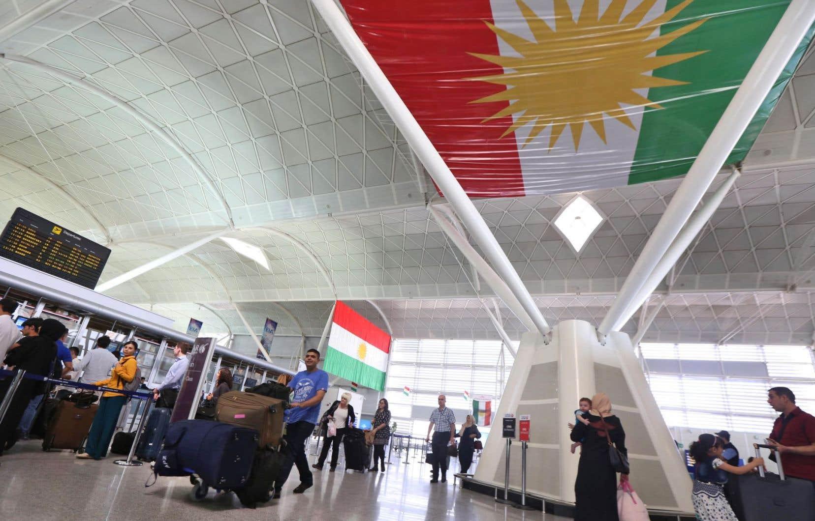 Un grand nombre d'étrangers se pressaient jeudi à l'aéroport d'Erbil pour quitter la ville, de peur de se retrouver bloqués.