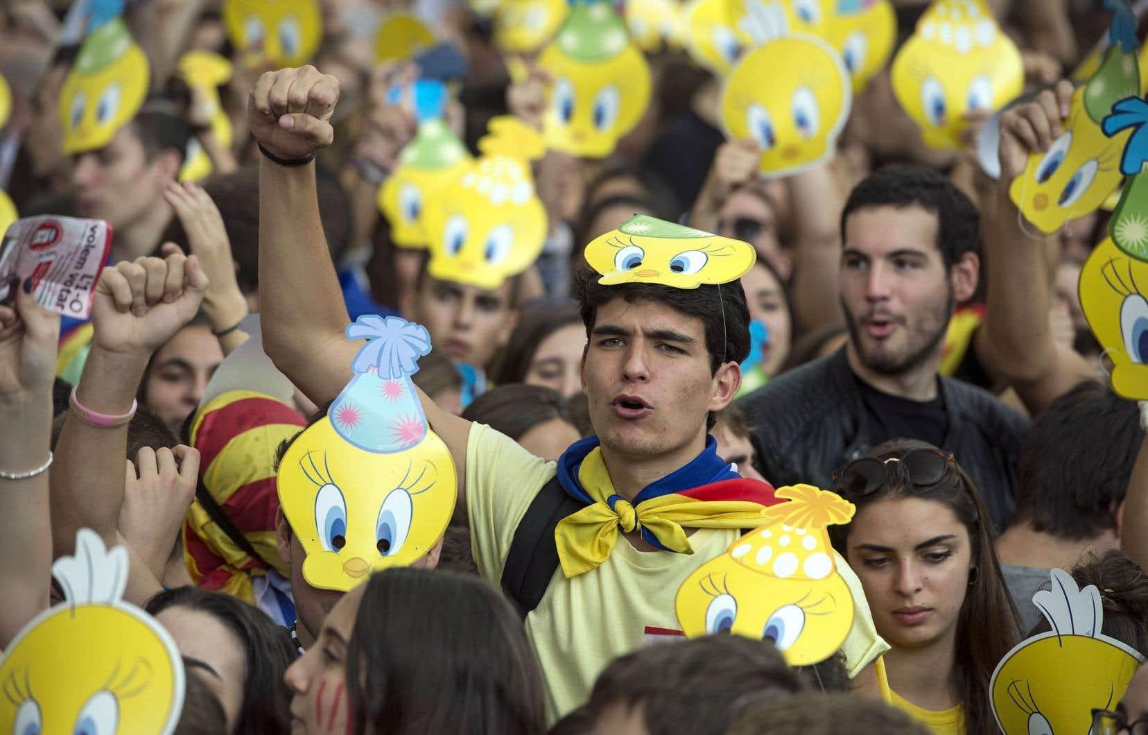 Des manifestants arborant le masque de Tweety, devenu un symbole d'opposition aux policiers, à Barcelone, jeudi