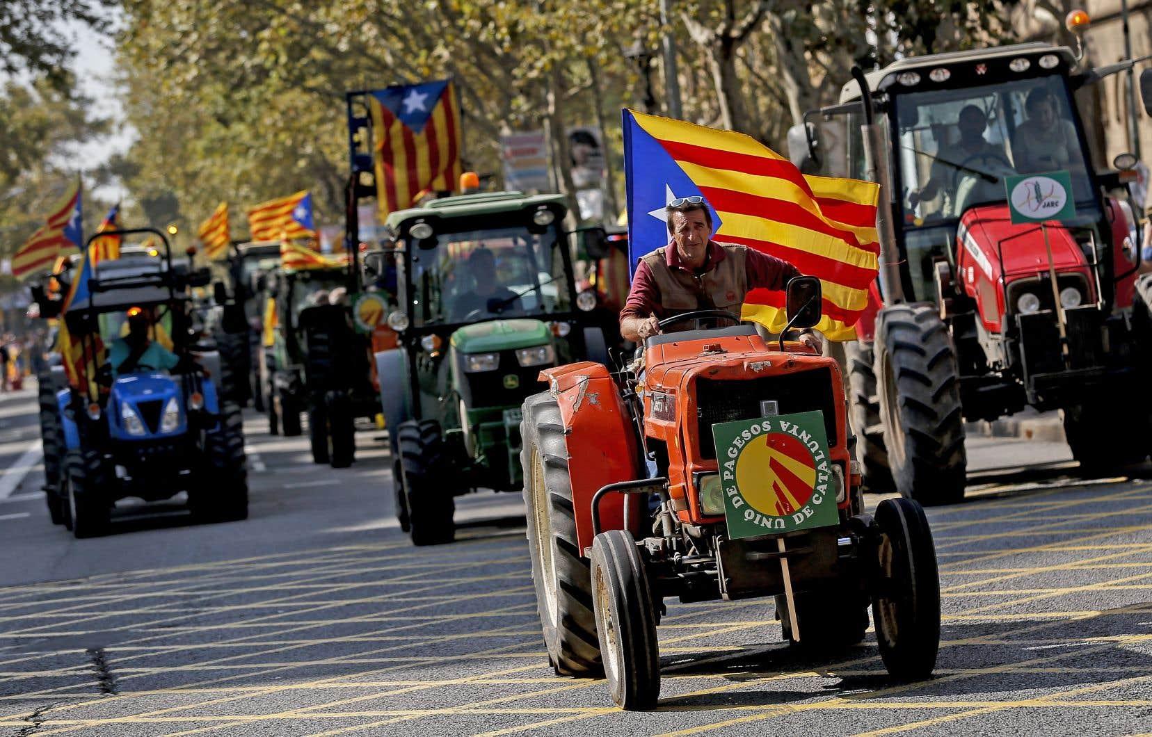 Des agriculteurs sont partis de leur campagne pour rejoindre Barcelone, vendredi, et manifester ainsi leur volonté de tout mettre en œuvre pour que le référendum de dimanche puisse être tenu malgré l'opposition de Madrid.