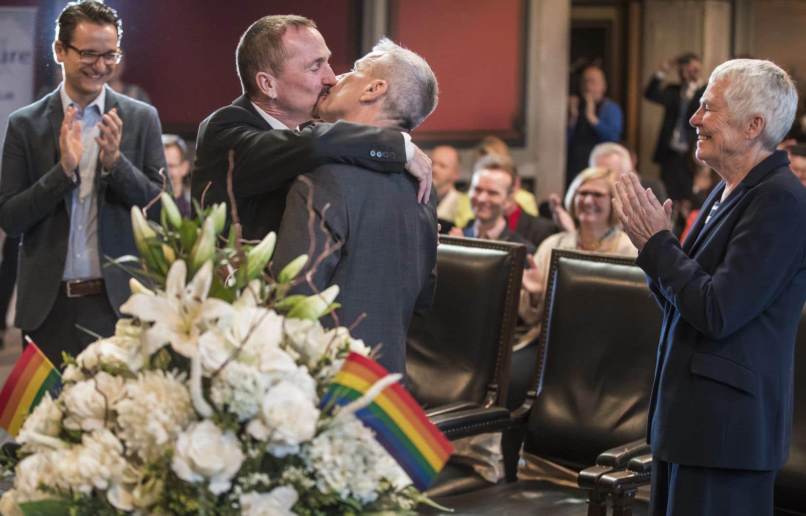 Bodo Mende, à droite, et Karl Kreile lors de leur cérémonie maritale, dimanche, à Berlin
