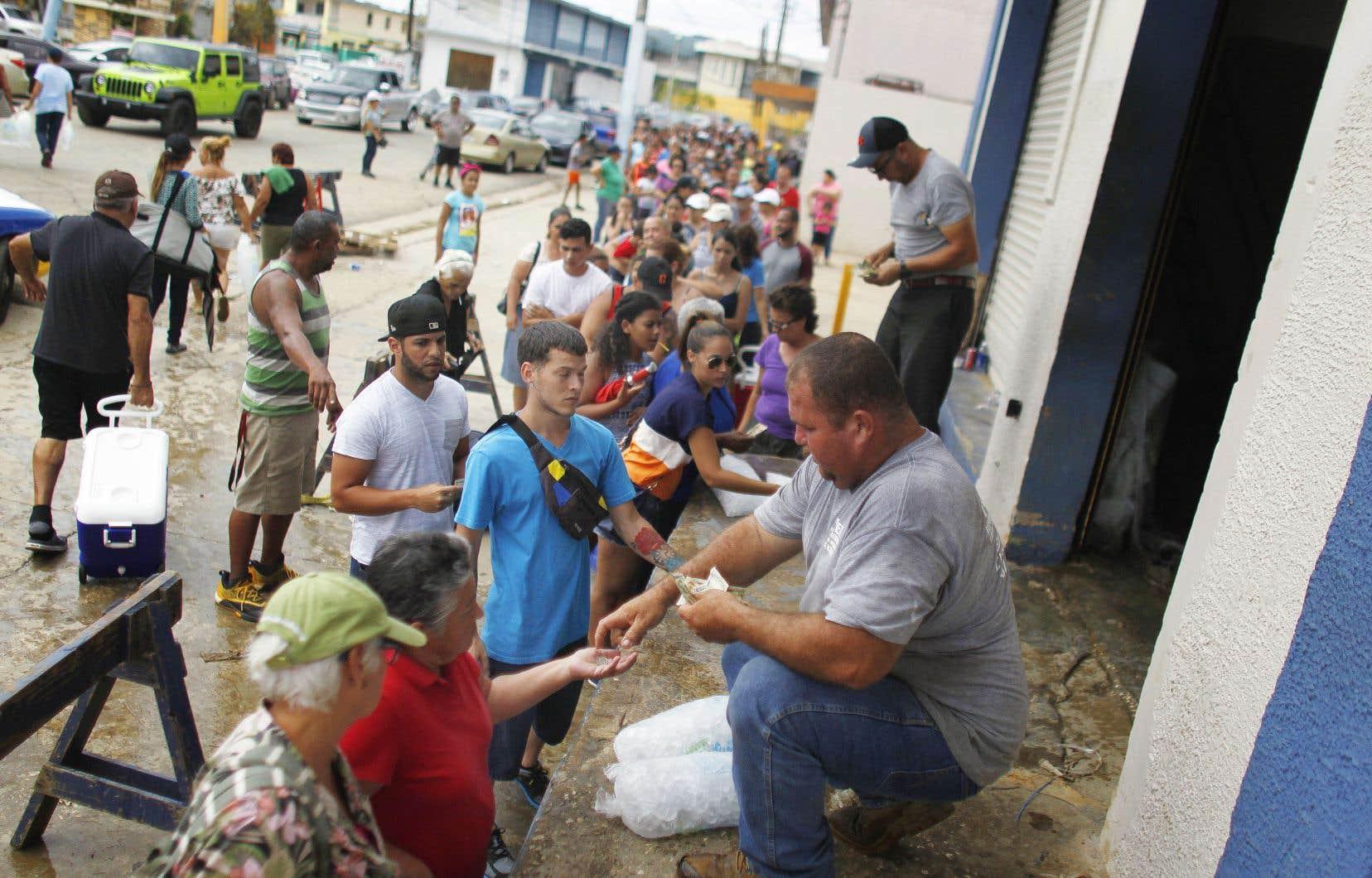 Des gens faisaient la file samedi pour acheter de la glace dans la ville d'Arecibo, à Porto Rico.