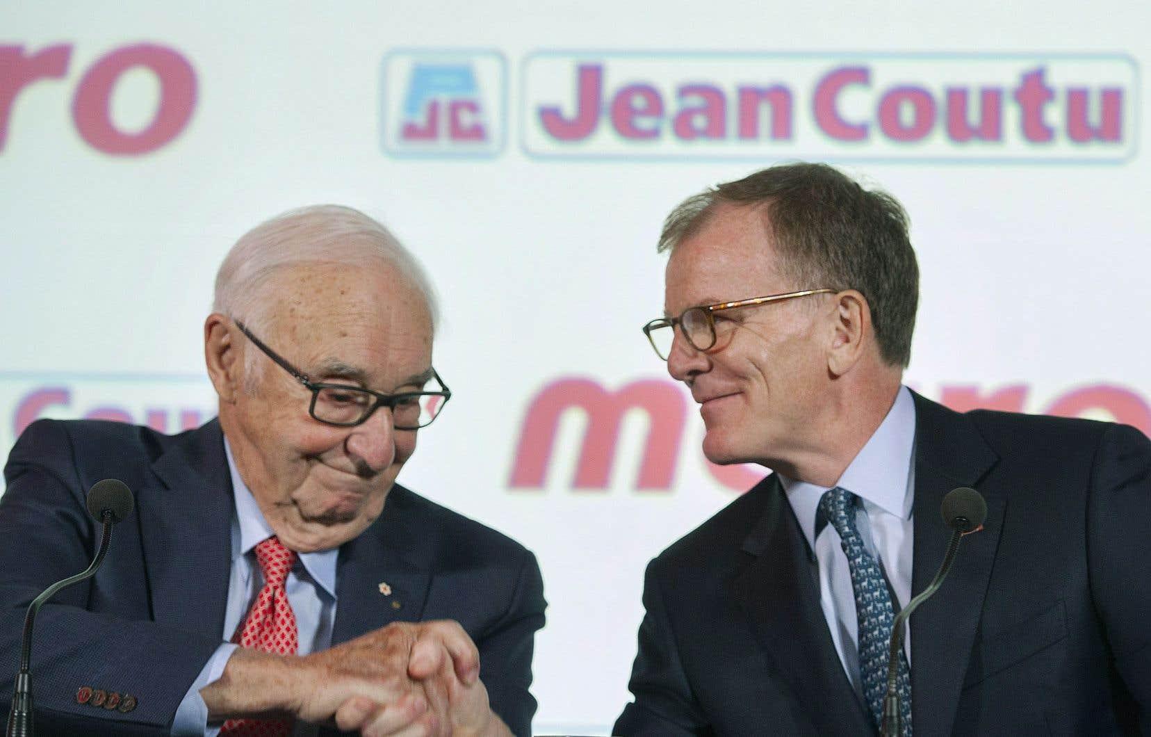 Jean Coutu (à gauche) serre la main du président et chef de la direction de Metro, Éric La Flèche.