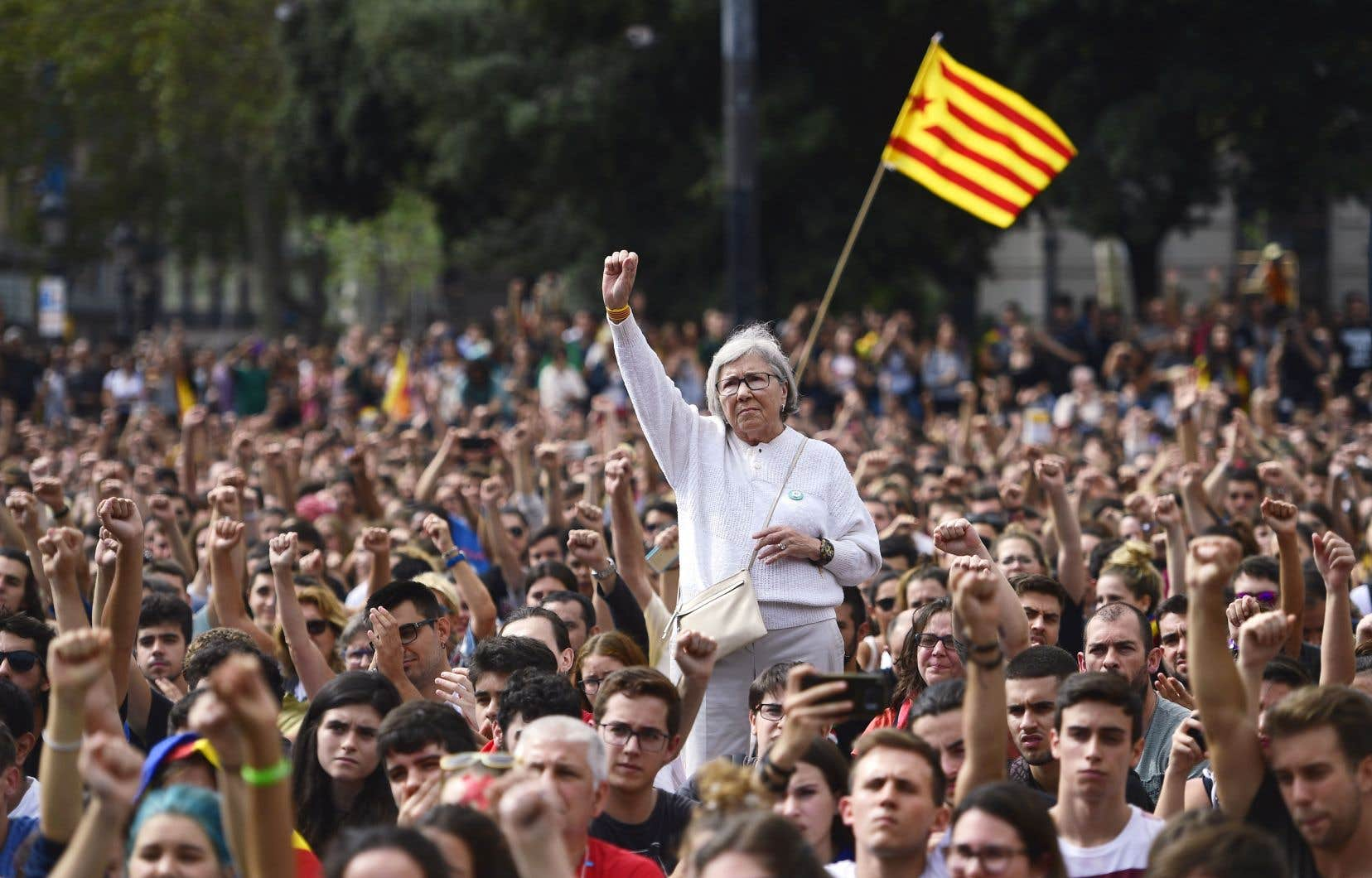 Les Catalans sont descendus dans les rues et ont levé le poing, lundi à Barcelone.