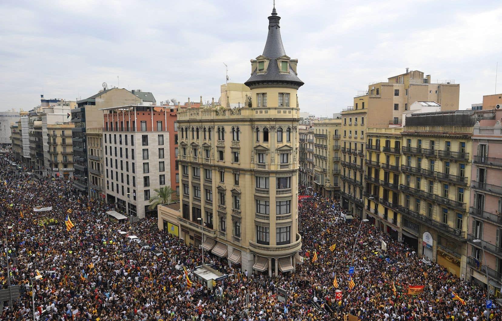 Les Catalans ont fait grève mardi et déferlé dans les rues des villes et villages pour marquer leur désapprobation devant la violence dont a fait usage la police espagnole lors du référendum.