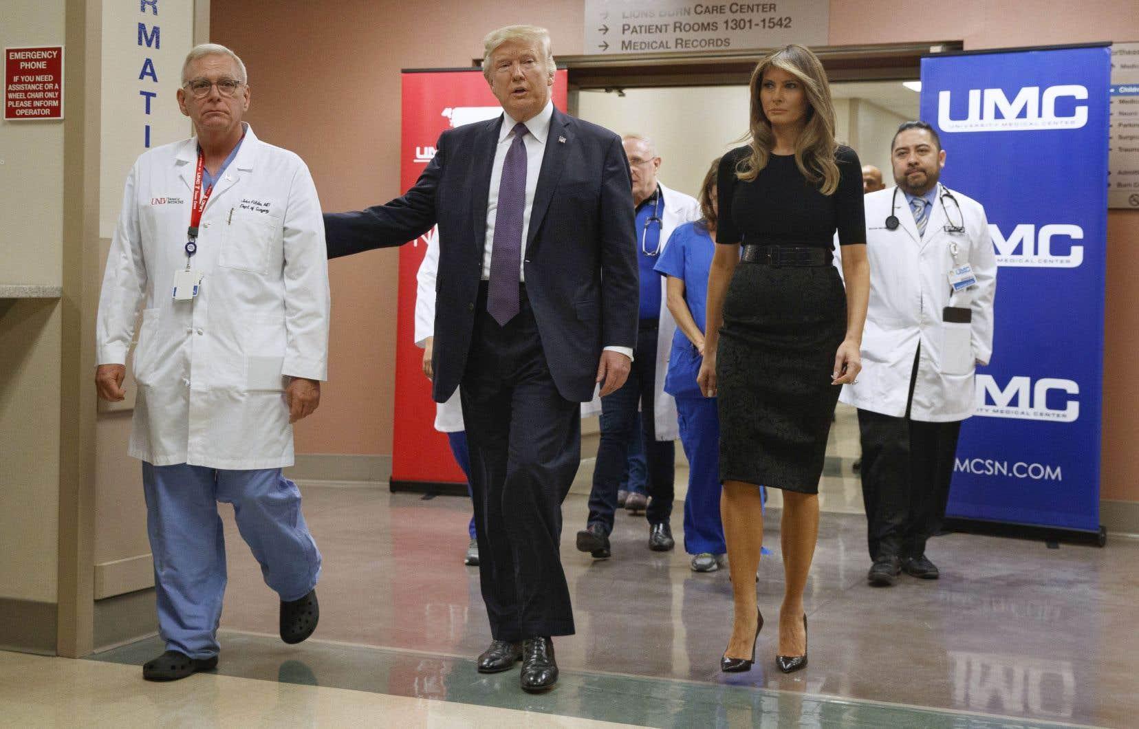 Le président Donald Trump et la première dame Melania Trump se sont rendus dans un hôpital, mercredi, pour rencontrer en privé des victimes de la fusillade de Las Vegas, la pire tuerie de l'histoire moderne des États-Unis.