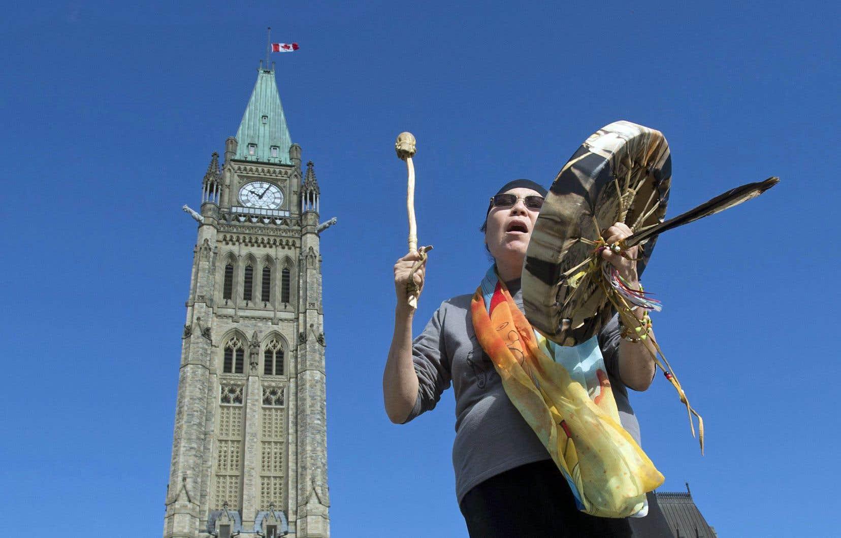 La chef Marcia Brown Martel chante à l'extérieur du parlement d'Ottawa après l'annonce d'une entente avec les enfants de la rafle des années 1960.