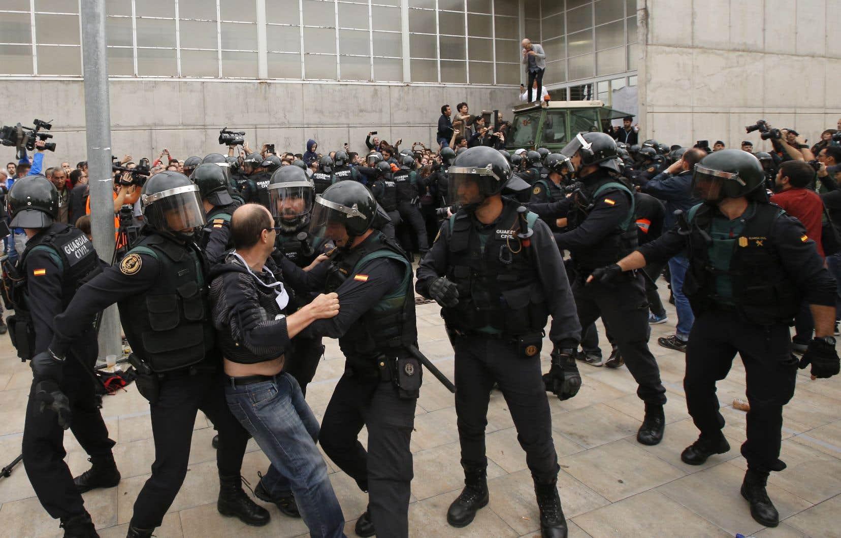 Pour certains militants, la crise entre Madrid et les indépendantistes catalans ne serait que la poursuite logique de la lutte et de la résistance des républicains catalans contre le régime de Franco, soulignent les auteurs.