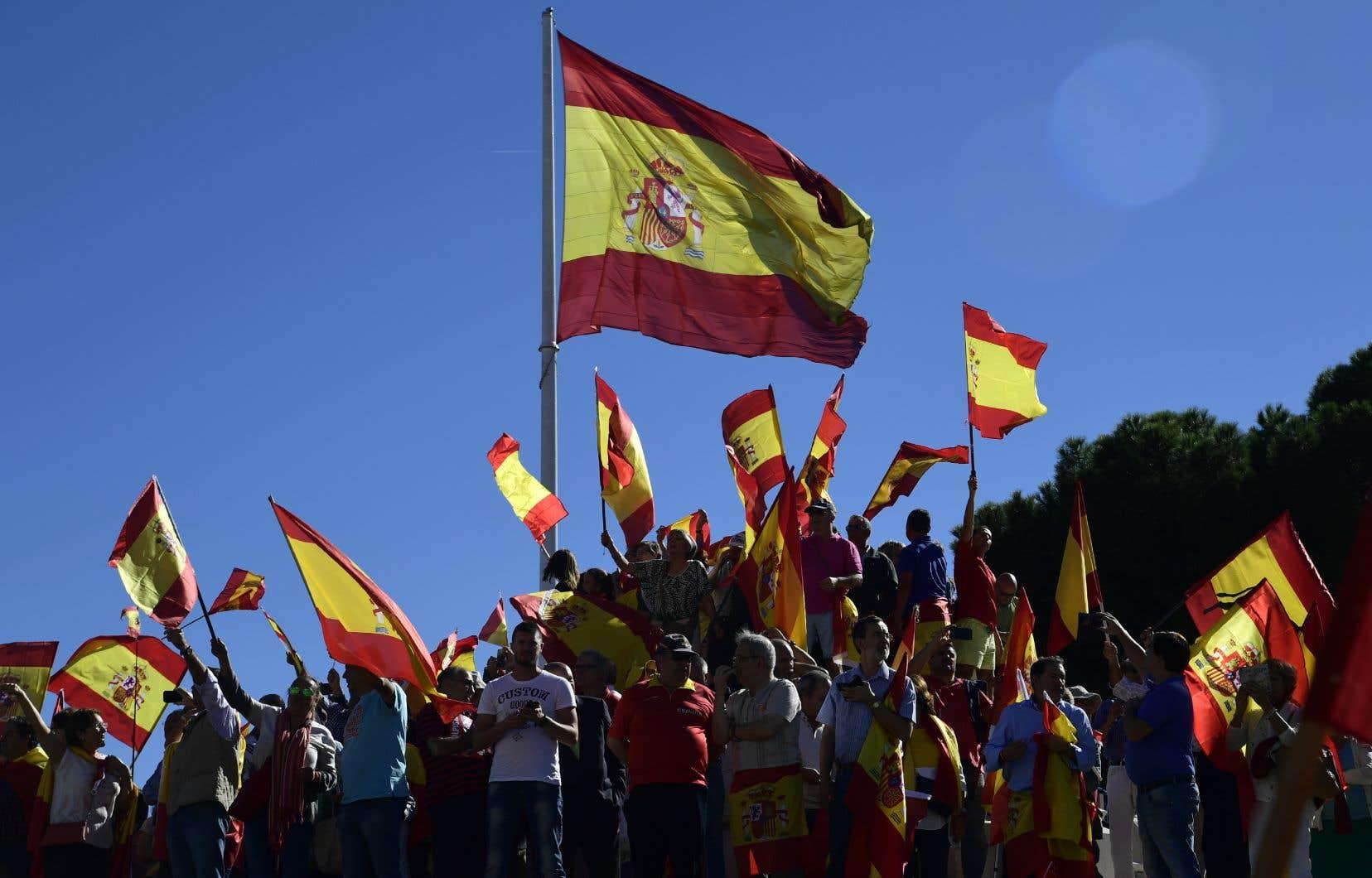 Des centaines de manifestants contre l'indépendance catalane se sont réunis à Madrid, samedi.