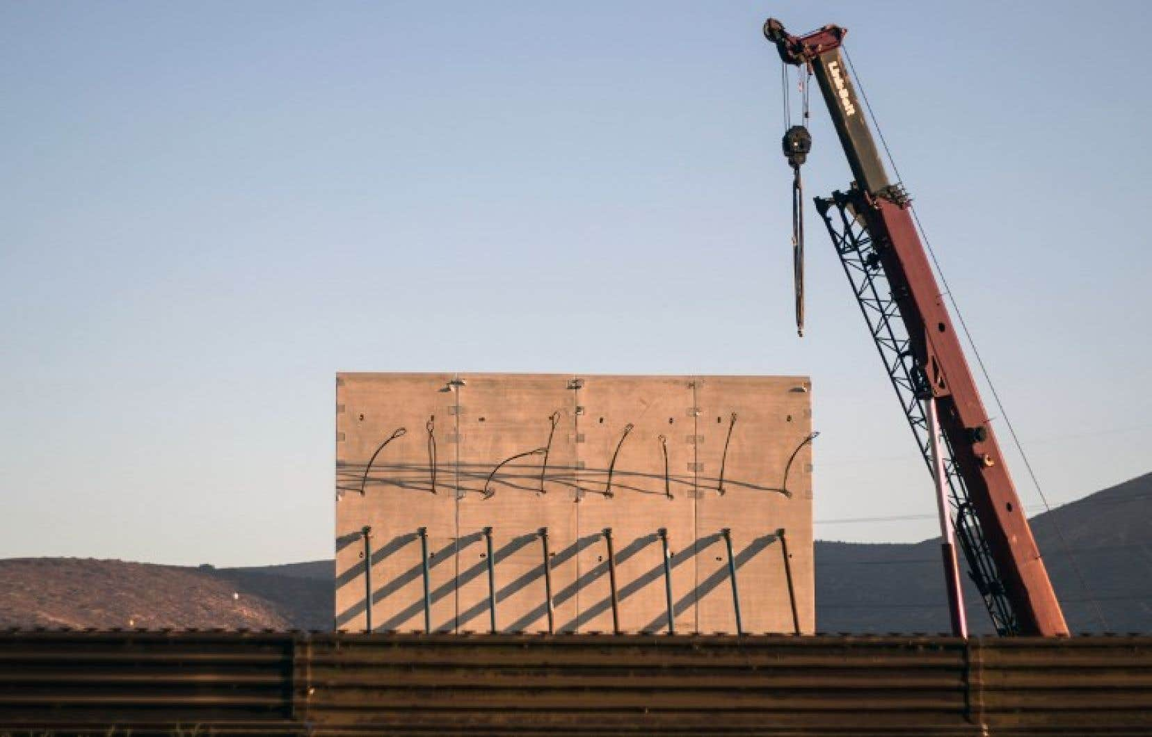 Donald Trump demande la construction d'une muraille à la frontière américo-mexicaine.