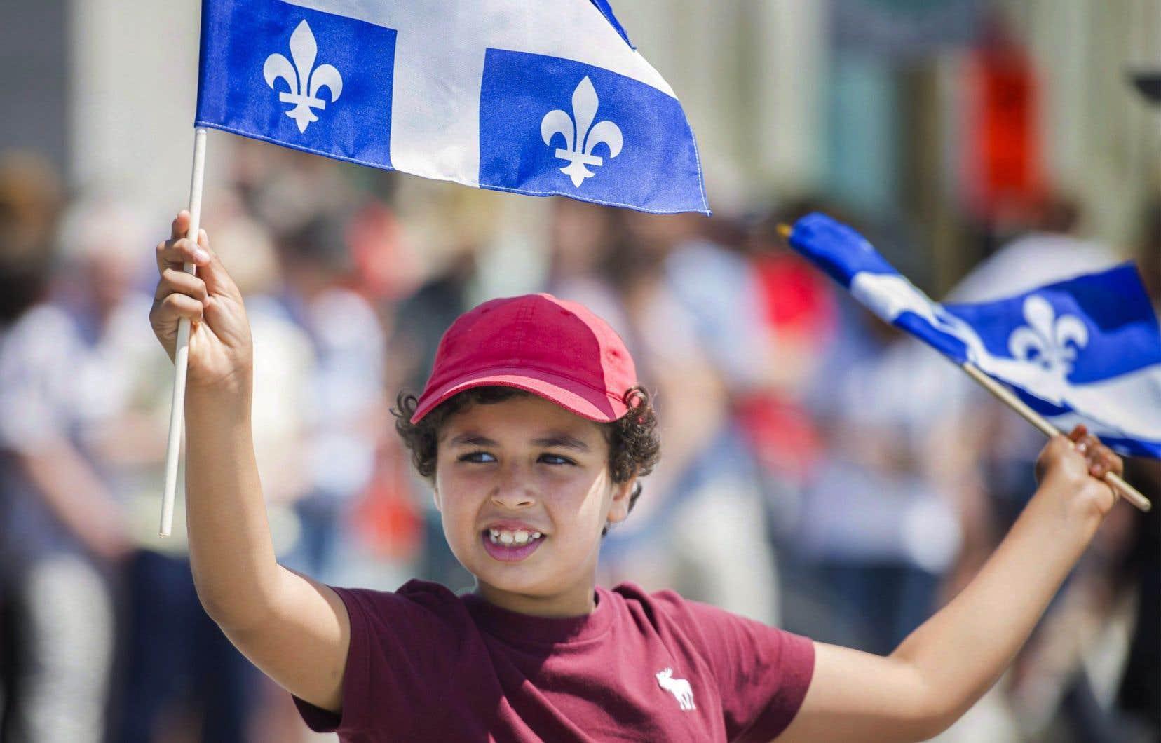Un jeune garçon arbore le drapeau québécois lors de la parade de la Fête Nationale à Montréal le 24 juin 2017.
