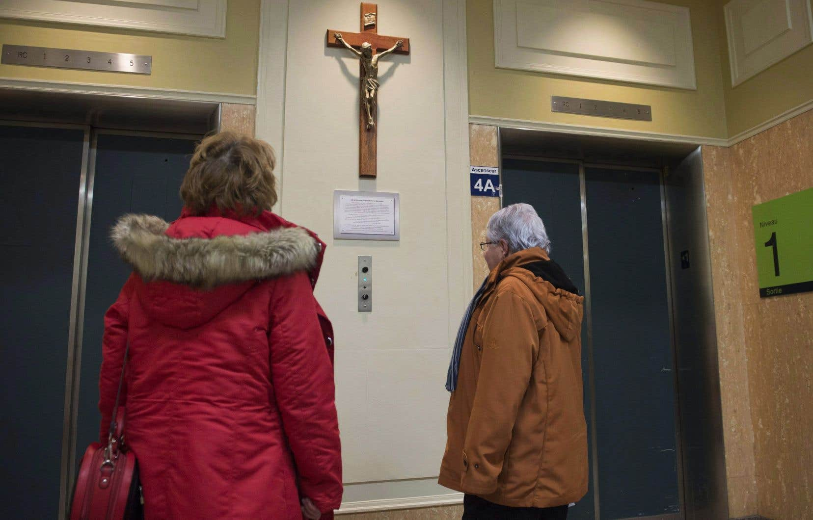 Un crucifix avait été décroché d'un des murs del'hôpital Saint-Sacrement à Québecsuite à une plainte d'un patienten mars 2017. Après un grand nombre de protestations, l'administration de l'hôpital l'avait réinstallé.