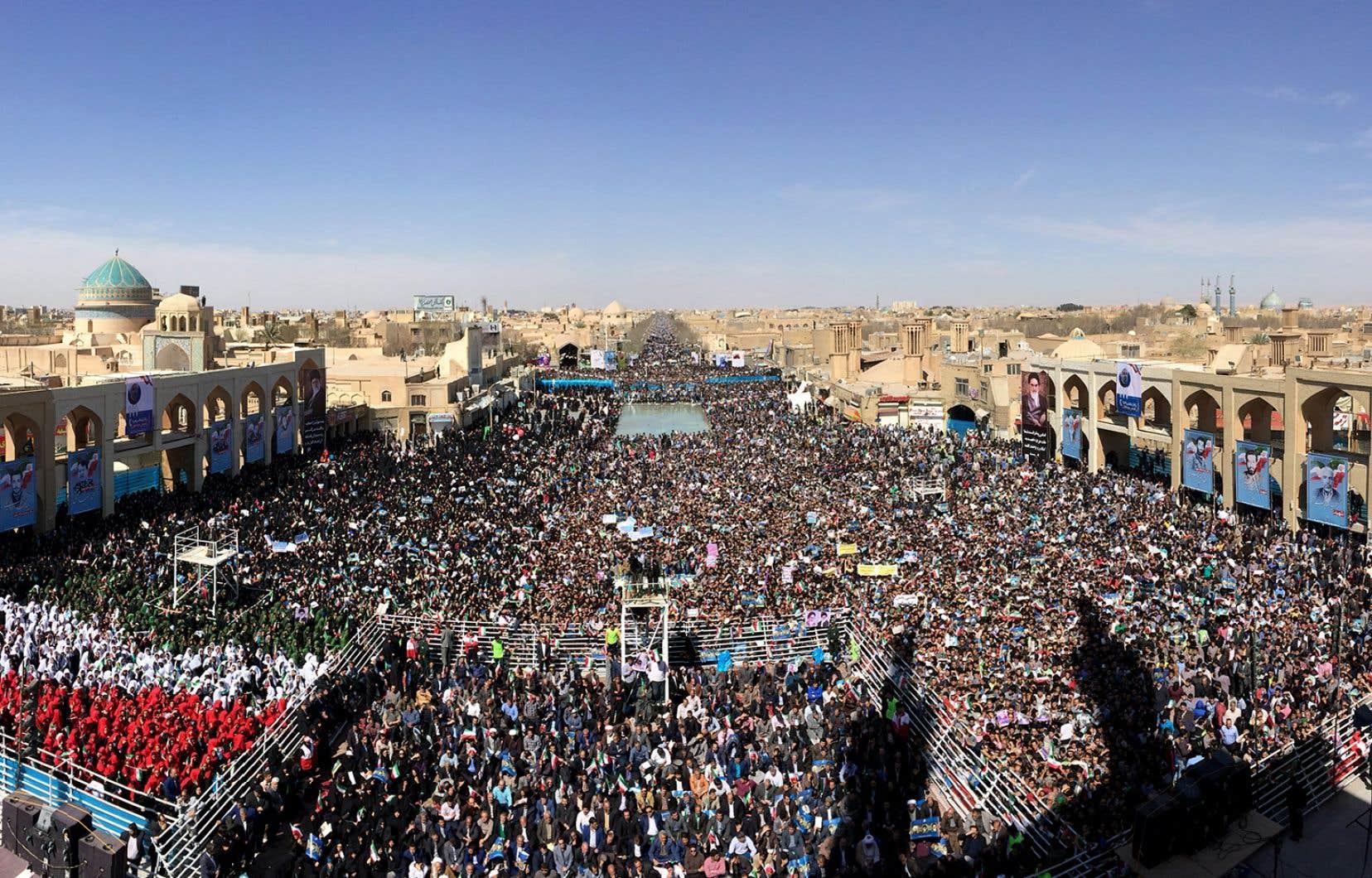 Une foule rassemblée pour un discours du président iranien Hassan Rouhani à Yazd le 7 mars 2016