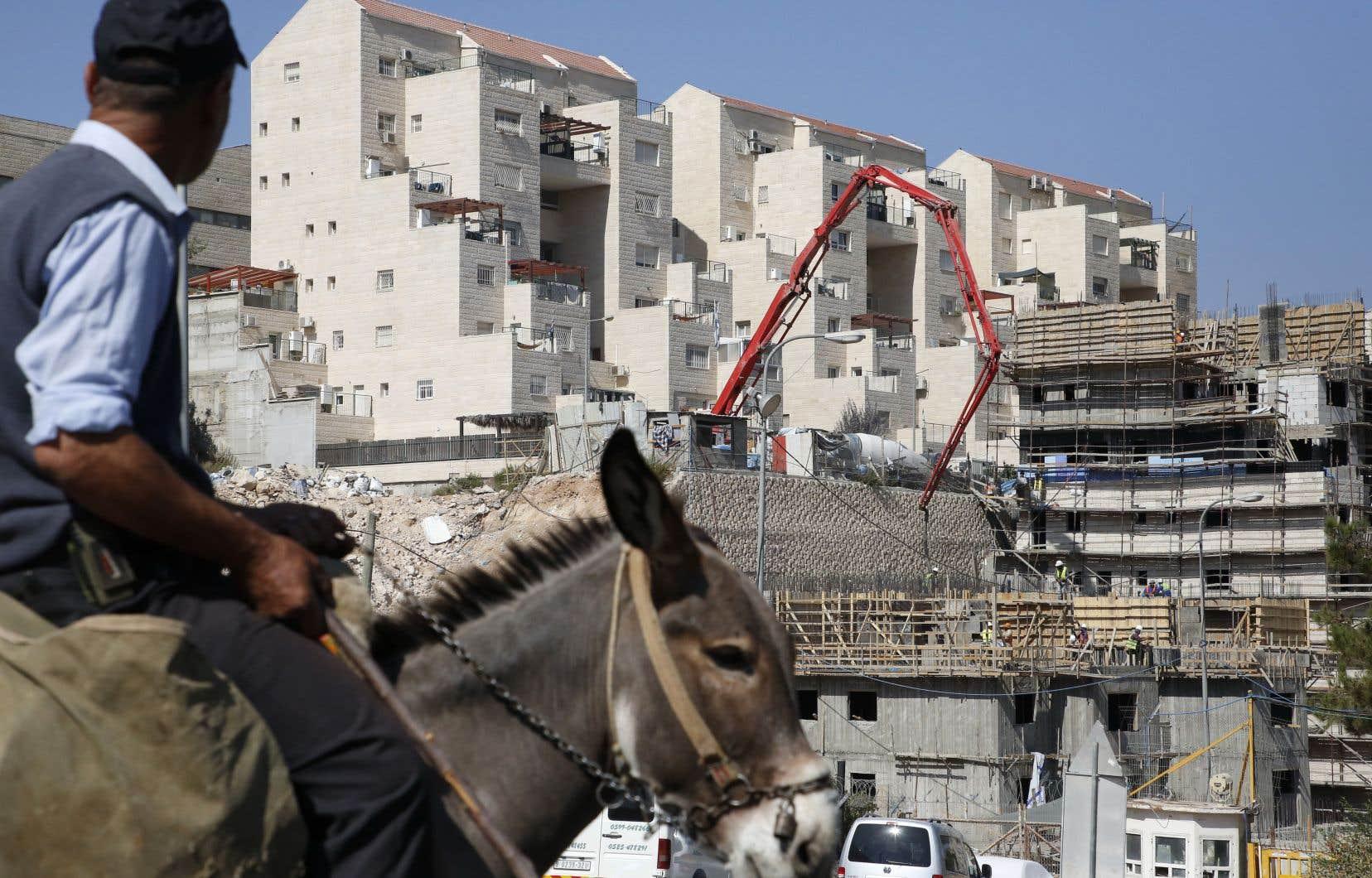 La création de logements de colonisation s'annonce particulièrement délicate à Hébron, où quelque 800 juifs vivent sous haute protection militaire parmi 200 000 Palestiniens.