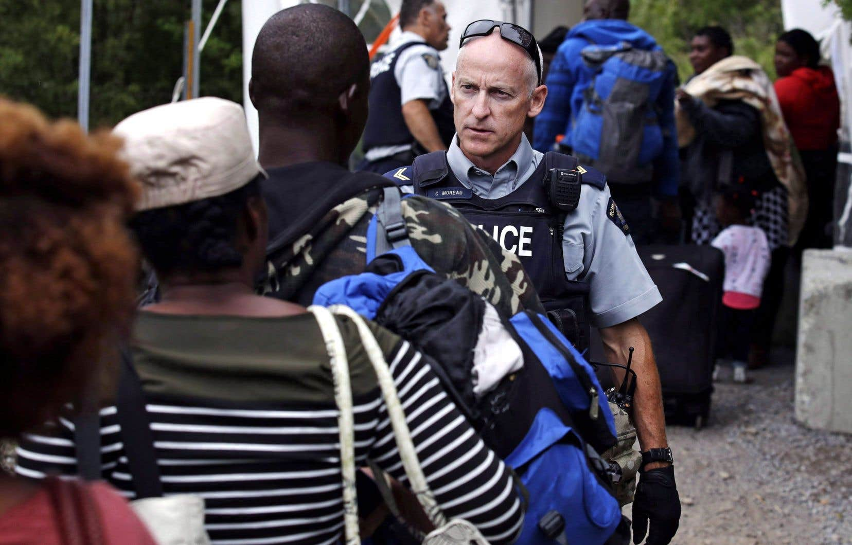 À Saint-Bernard-de-Lacolle, en août dernier, un agent de la GRC avisait les migrants que traverser la frontière en dehors des postes frontaliers était illégal.