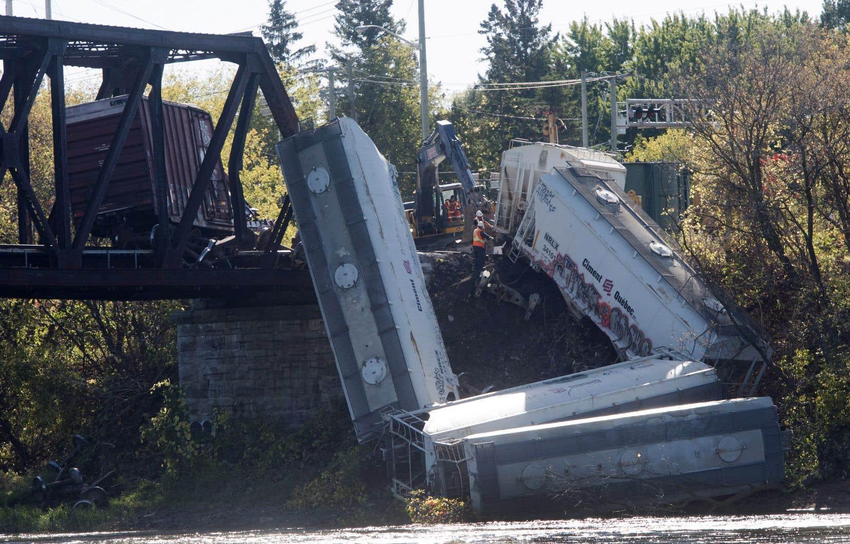 Sept wagons d'un convoi de 99 wagons tirés par trois locomotives ont déraillé jeudi soir, au moment de franchir un pont qui relie Laval et Terrebonne.