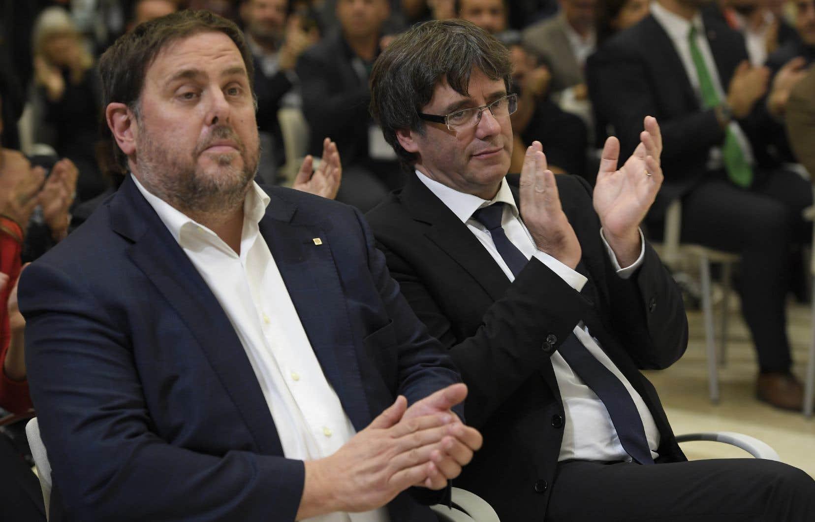 Oriol Junqueras et Carles Puigdemont, respectivement vice-président et président de la Catalogne, lors de la signature de la déclaration d'indépendance de la région, le 10 octobre dernier.