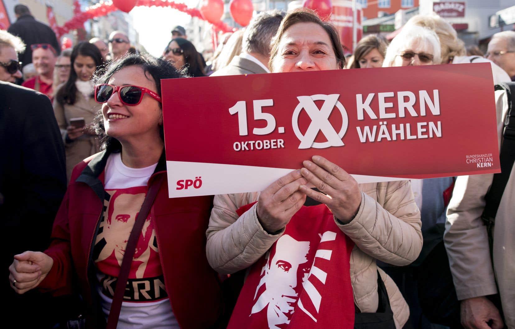 Des partisans du chancelier autrichien et leader social-démocrate Christian Kern assistent au dernier rassemblement électoral du parti à la veille des élections législatives autrichiennes, le 14 octobre.