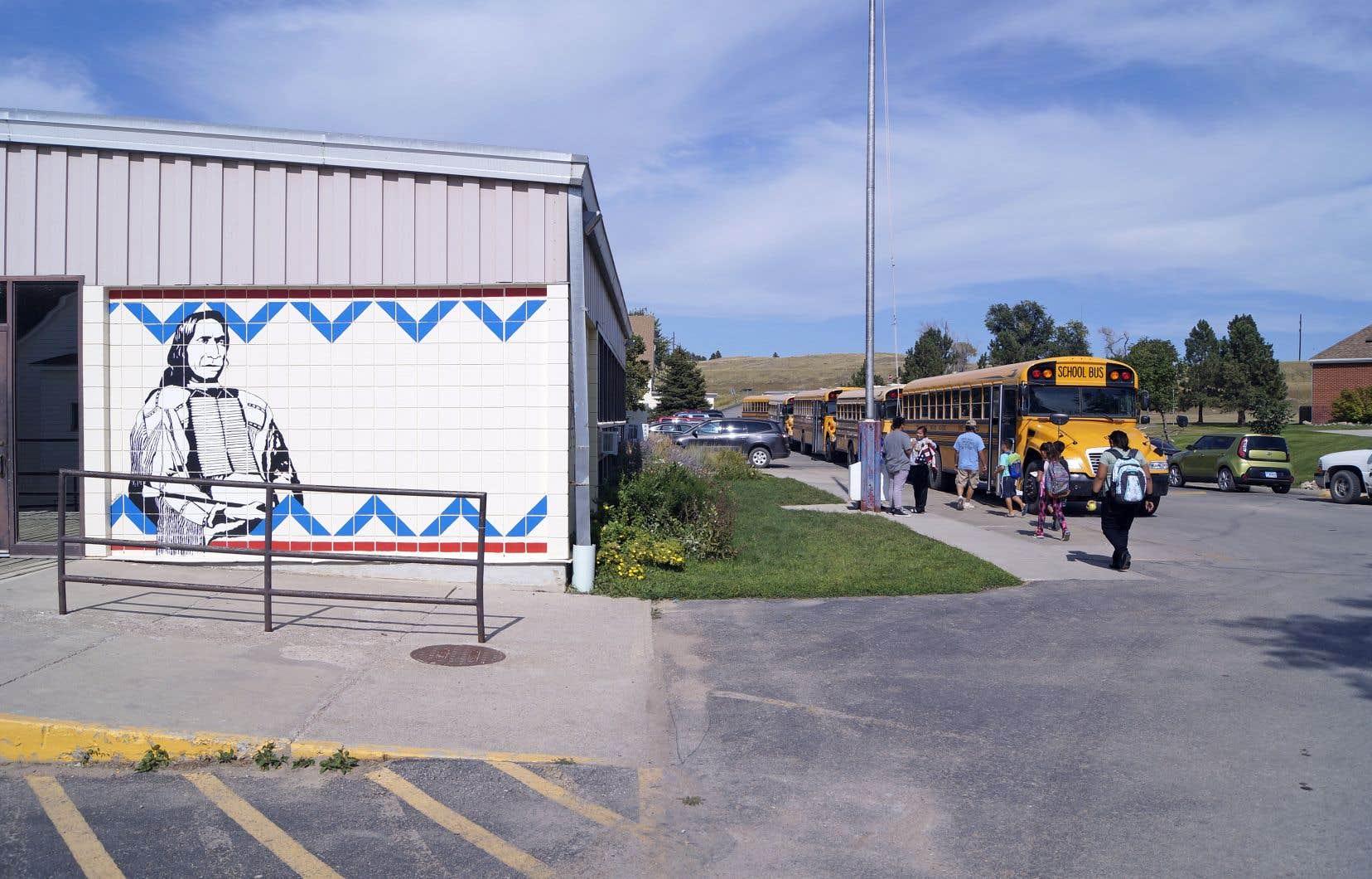 Les élèves de l'école primaire et secondaire d'un des campus de Red Cloud retournent à la maison après une journée de classe.