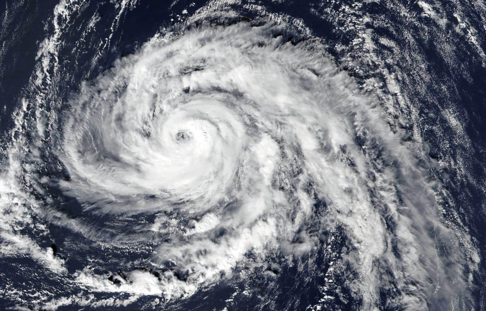 L'ouragan «Ophelia» serait le plus important jamais enregistré autant à l'est au-dessus de l'océan Atlantique.