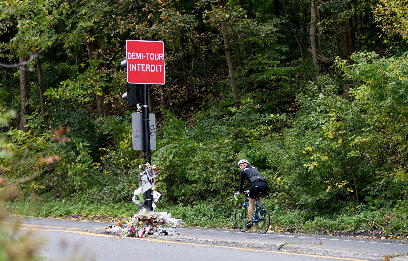 La Ville a fait installer des panneaux signalant l'interdiction d'effectuer des demi-tours sur la voie Camilien-Houde, à l'endroit où un jeune homme de 18ans a été frappé par un automobiliste le 4octobre dernier.