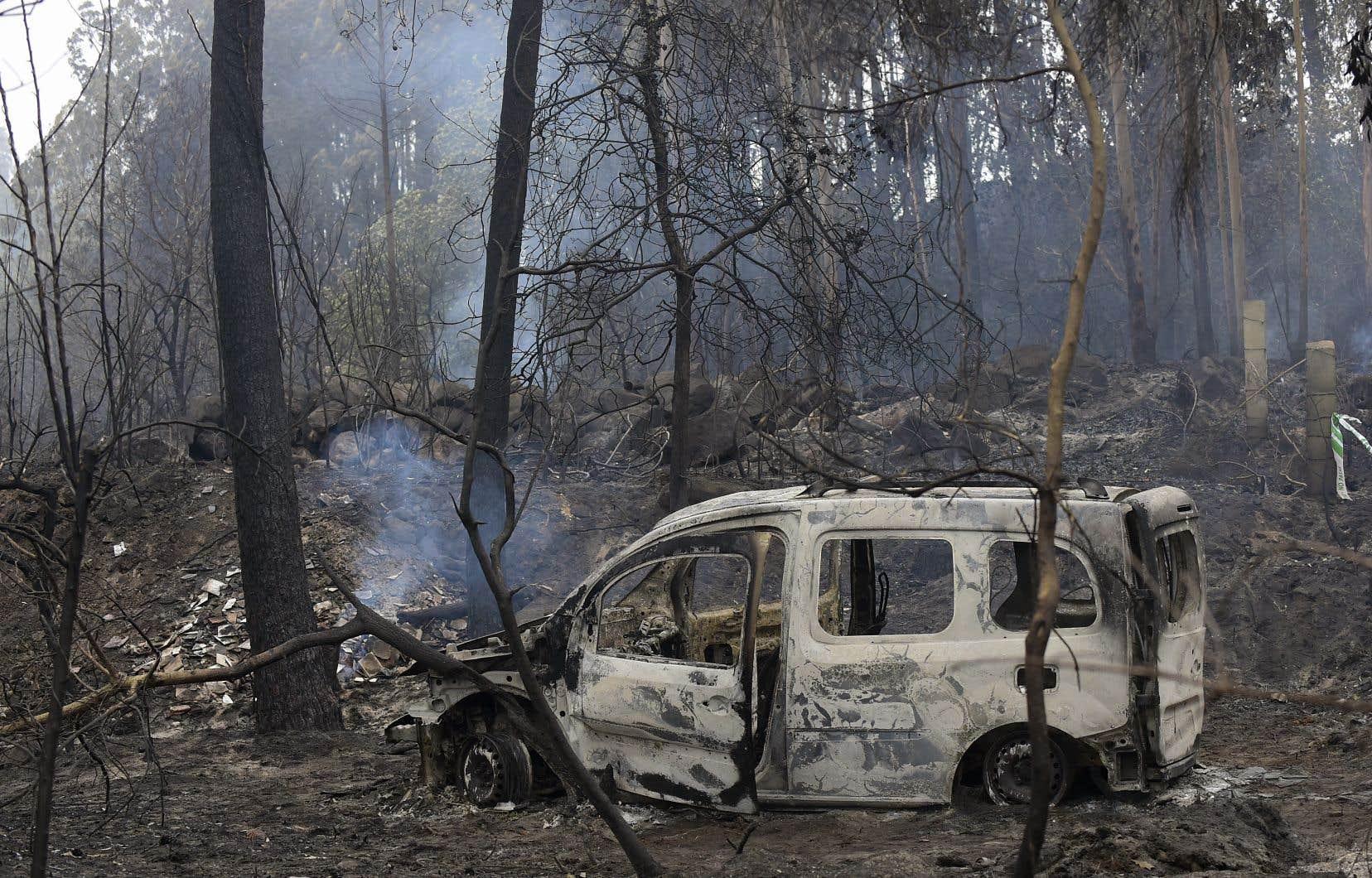 Deux personnes sont mortes lundi dans leur véhicule en tentant de fuir les flammes dans une région du nord-ouest de l'Espagne.