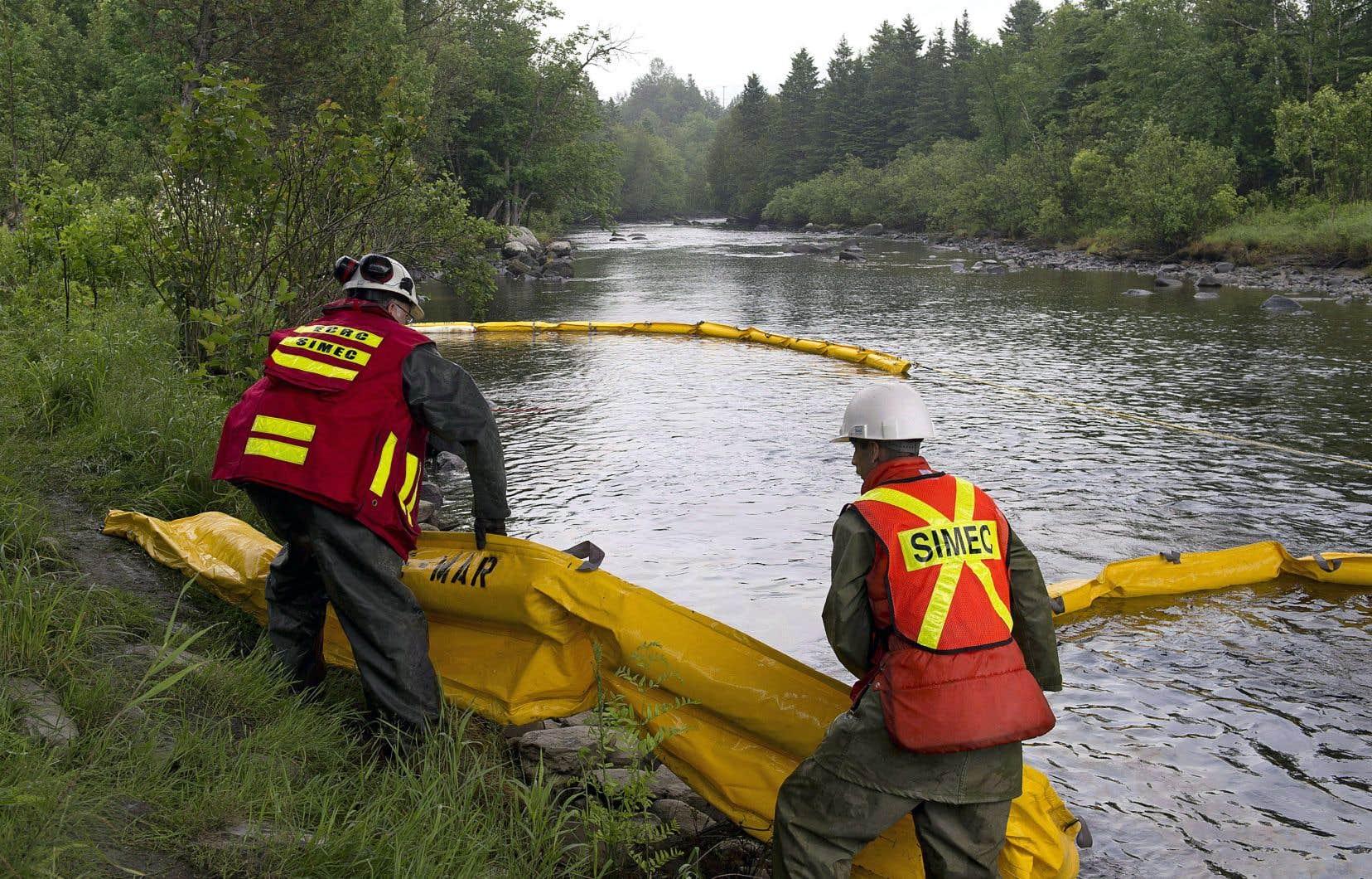 Des barrières avaient été installées sur la rivière Chaudière après le déraillement du train à Lac-Mégantic en juillet 2013. Quatre ans plus tard, le niveau de contamination demeure élevé.