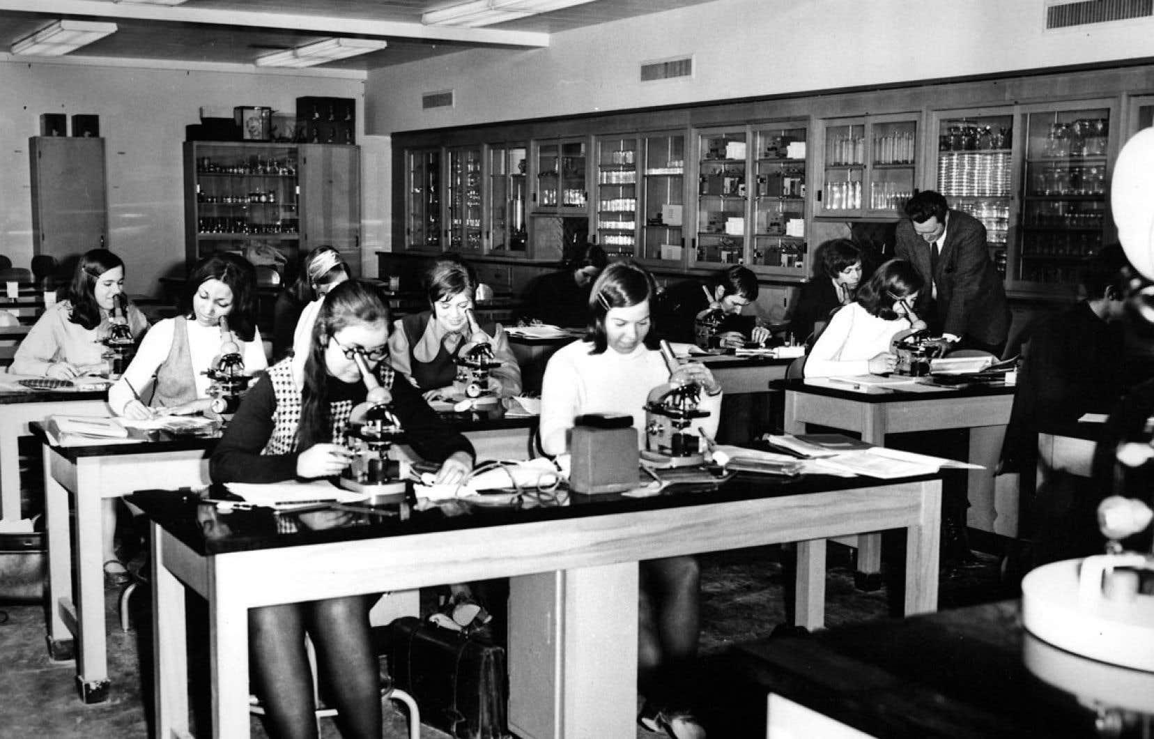 Cours de biologie dans les années 1960 au collège de Bois-de-Boulogne