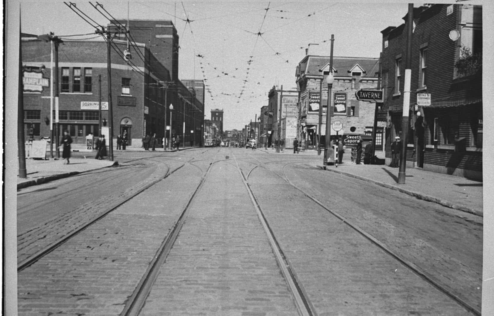Détail d'une photo représentant la rue Ontario vers l'est, à l'angle de Lorimier, vers 1940