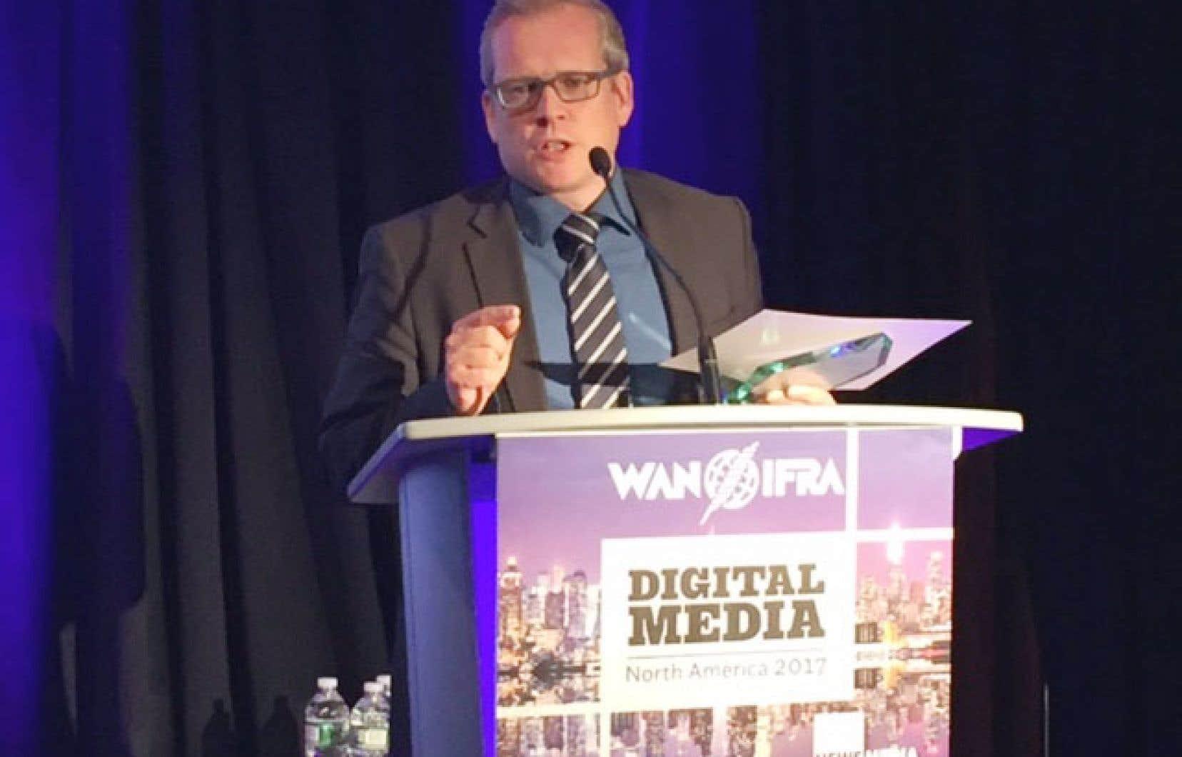 Le directeur du «Devoir», Brian Myles, a accepté le prix de la World Association of Newspapers and News Publishers, jeudi soir à New York.