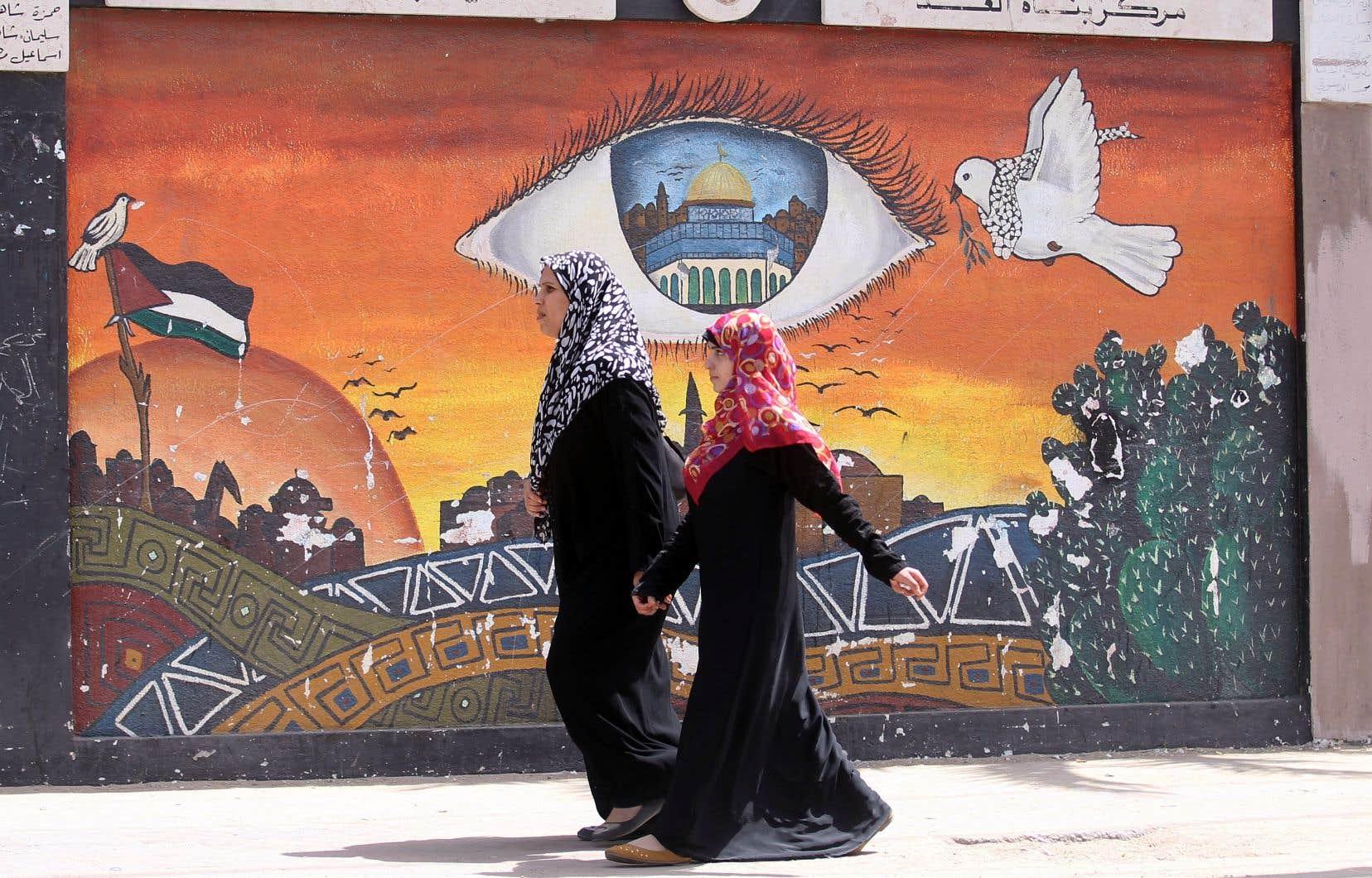 Deux femmes déambulent dans le camp de Khan Younès, dans le sud de la bande de Gaza.
