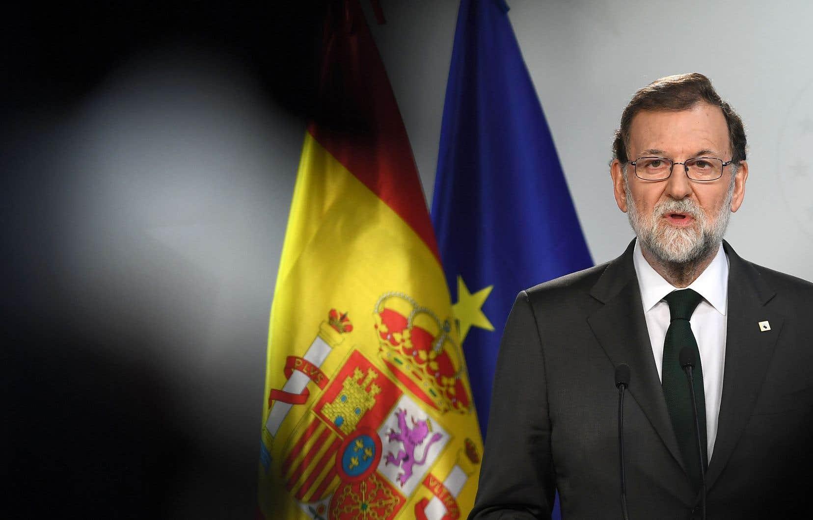 Pour reprendre le contrôle de la région, le gouvernement dirigé par Mariano Rajoy prévoit de limoger l'exécutif indépendantiste, de prendre le commandement de la police et de placer sous tutelle le Parlement et les médias publics.