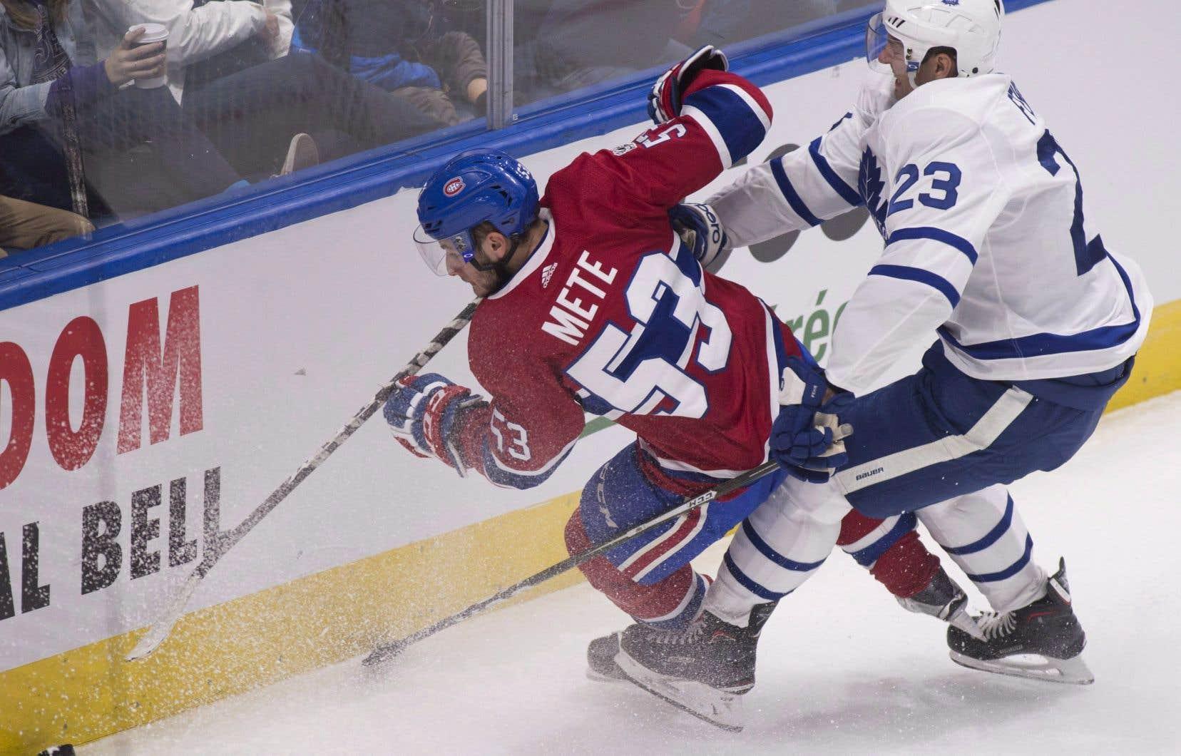Le défenseur recrue Victor Mete trébuche lors d'un match de pré-saison contre les Maple Leafs de Toronto, le 27 septembre dernier.
