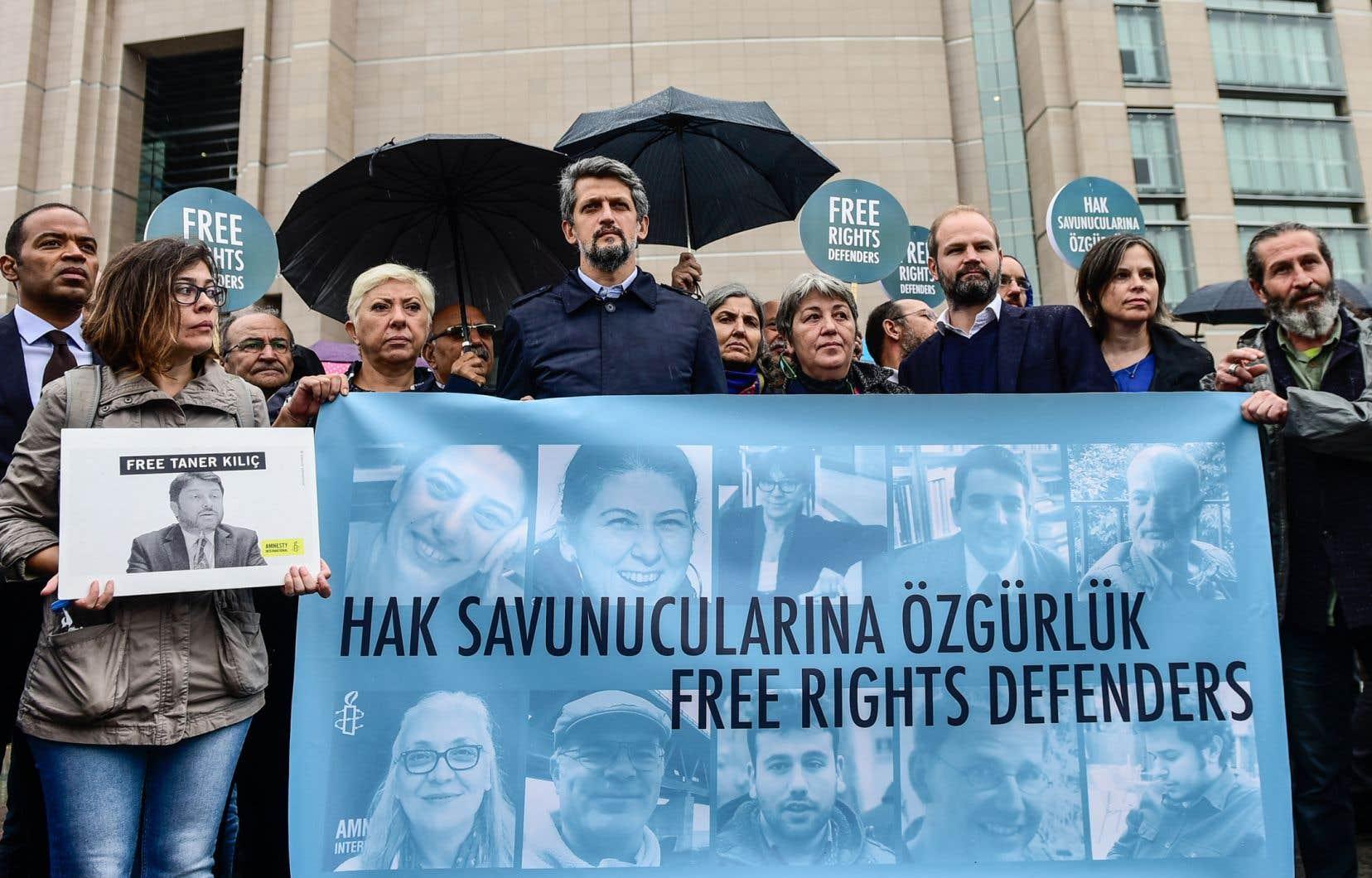 Des manifestants s'étaient joints au directeur d'Amnesty International Europe, John Dalhuisen(troisième à partir de la gauche), pour réclamer la libération des militants emprisonnés, mercredi, à Istanbul.