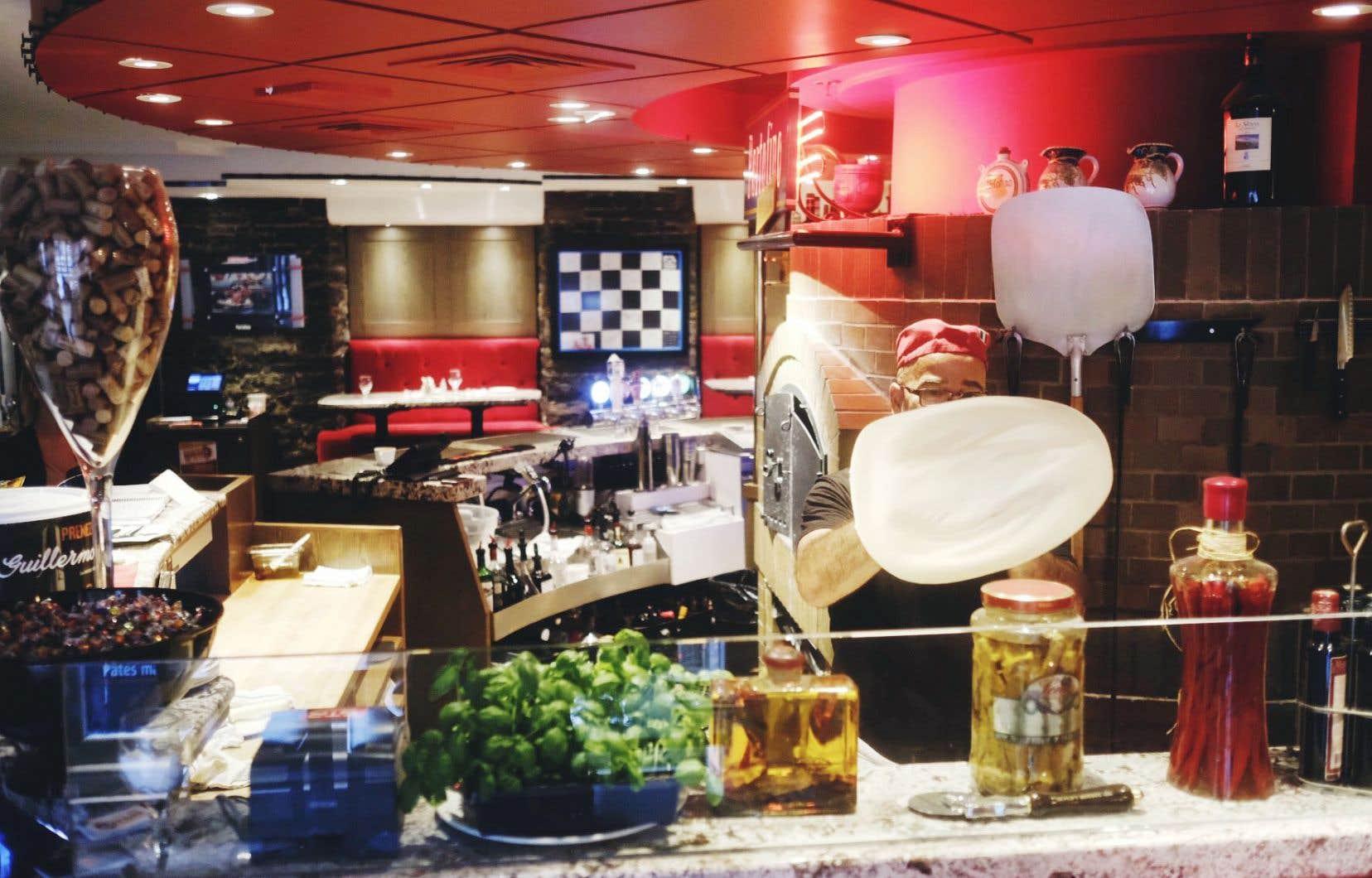 Le Portofino se compose d'une enfilade de pièces. La toute dernière salle à manger est décorée d'éléments emblématiques de la course automobile si chère à l'Italie.