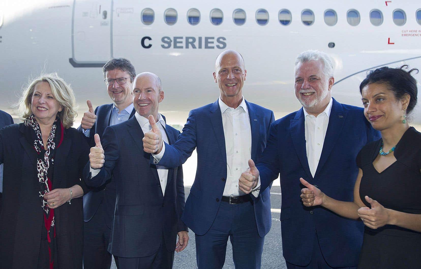 Le président et directeur général de Bombardier, Alain Bellemare, entouré du président d'Airbus, Tom Enders, du premier ministre Philippe Couillard et de la ministre de l'Économie, Dominique Anglade