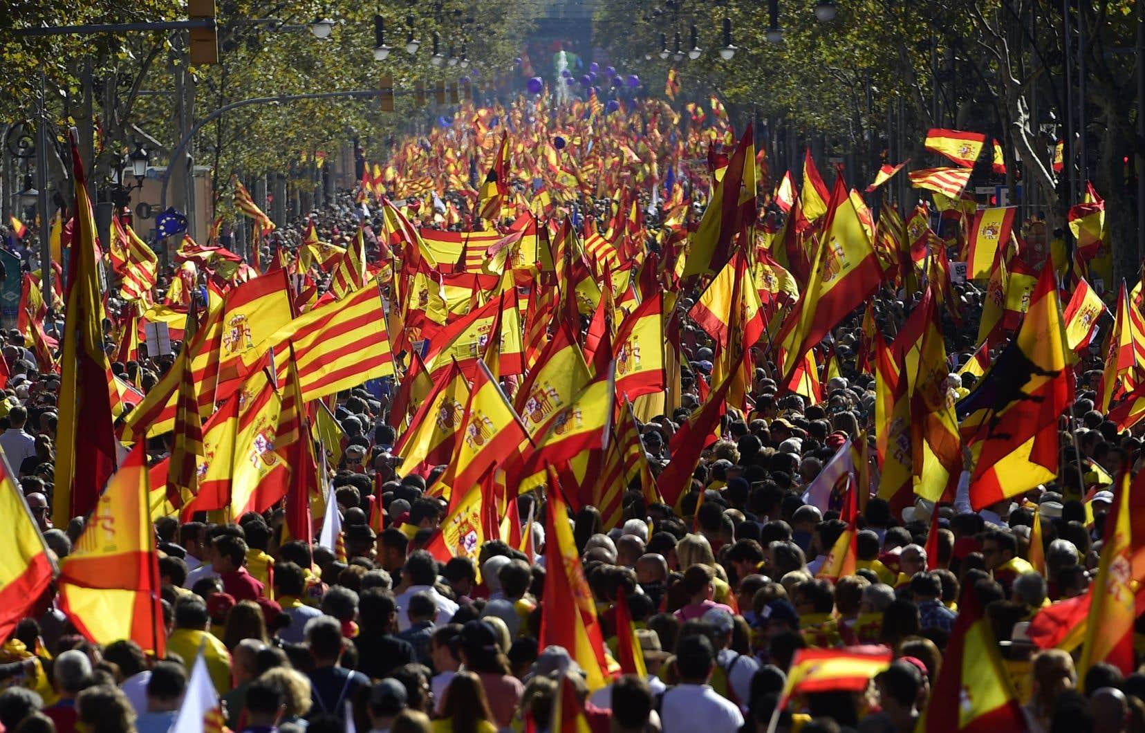 Des milliers de Catalans décidés à rester en Espagne manifestaient dans les rues de Barcelone, dimanche.