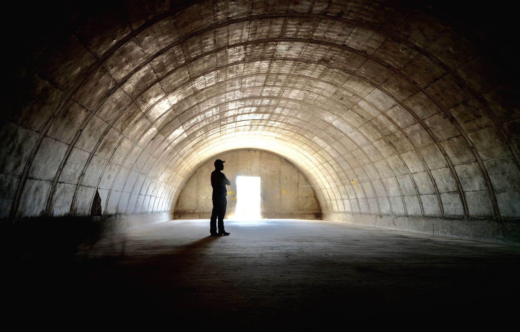 Intérieur d'un bunker de la compagnie Vivos avec en son centre le gardien du site, Grady O'Bryan. Un seul bunker pourrait accueillir entre10 et 20 personnes.