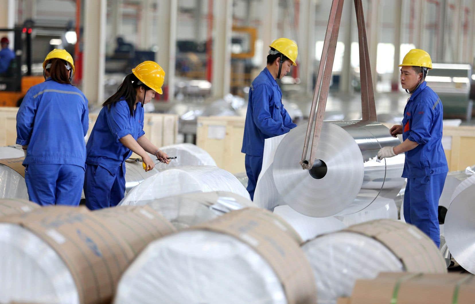 Des travailleurs s'affairent dans une usine d'aluminium de Huaibei.