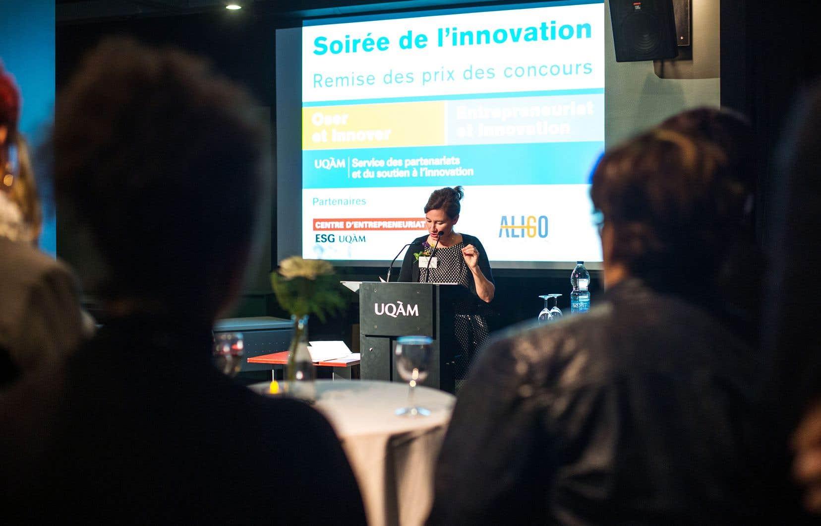 La directrice du Service des partenariats et du soutien à l'innovation de l'UQAM, Caroline Roger, à la remise des prix lors du Rendez-vous Pile (à l'époque Journée de l'innovation), en 2014