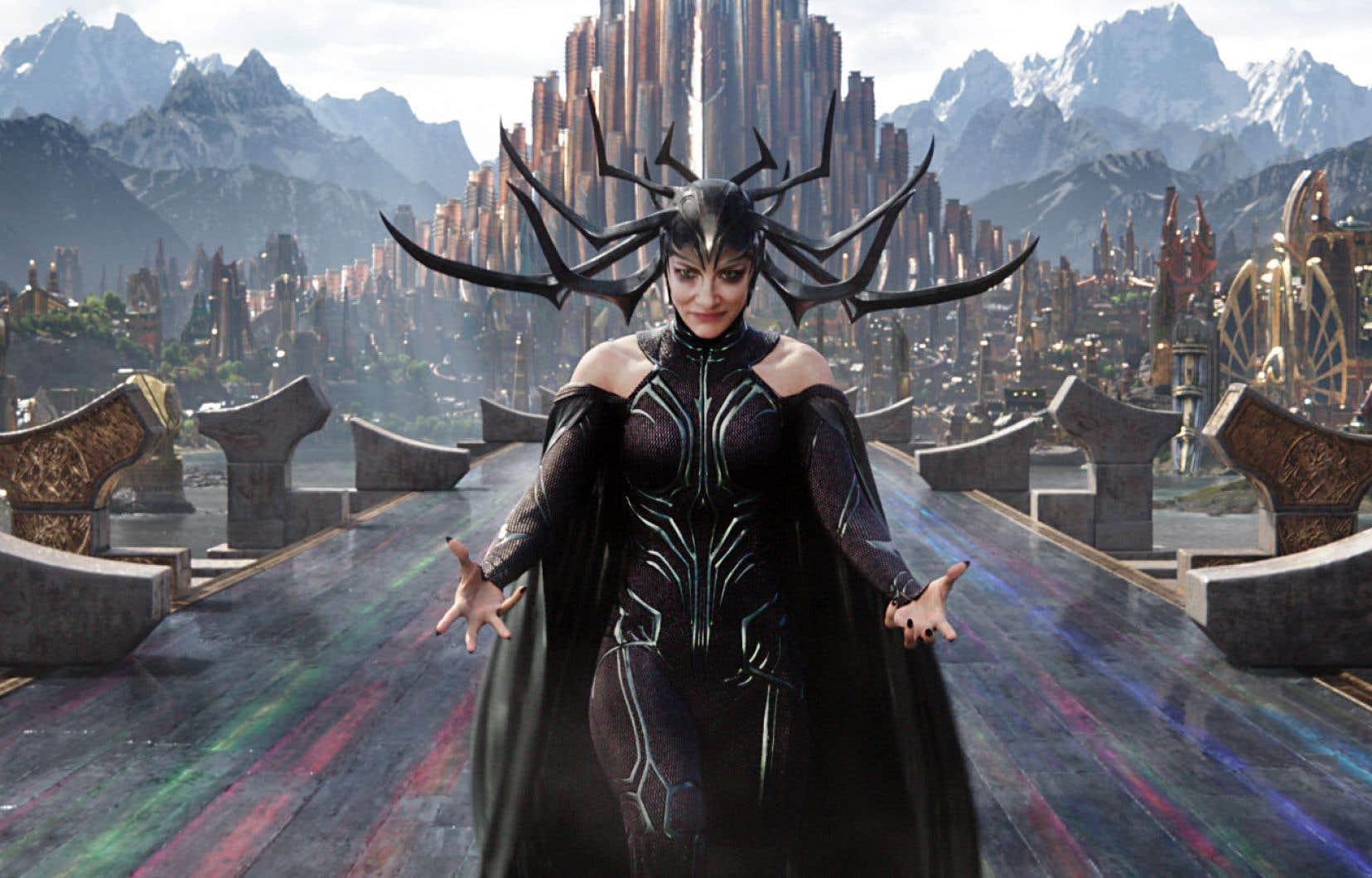 Hela (Cate Blanchett, hystérique croisement entre Catwoman et Méduse) est la déesse de la Mort à qui le trône d'Asgard revient.
