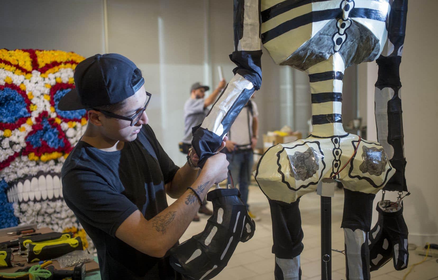 Les «cartoneros», comme on appelle les artisans du papier mâché, préparent les «catrinas» pour les célébrations dans le Vieux-Port de Montréal ce week-end.
