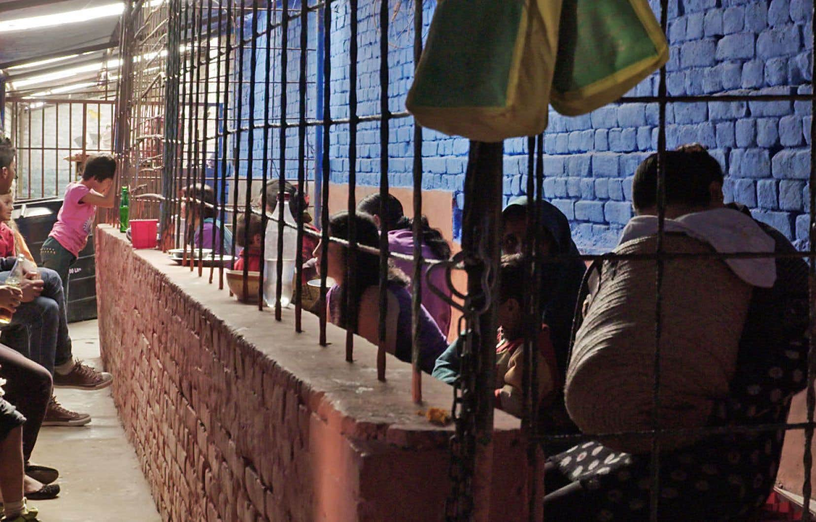 Au Népal, les enfants en bas âge vivent en prison avec leur mère avant d'être placés dans une famille d'accueil ou recueillis par d'autres membres de la famille.